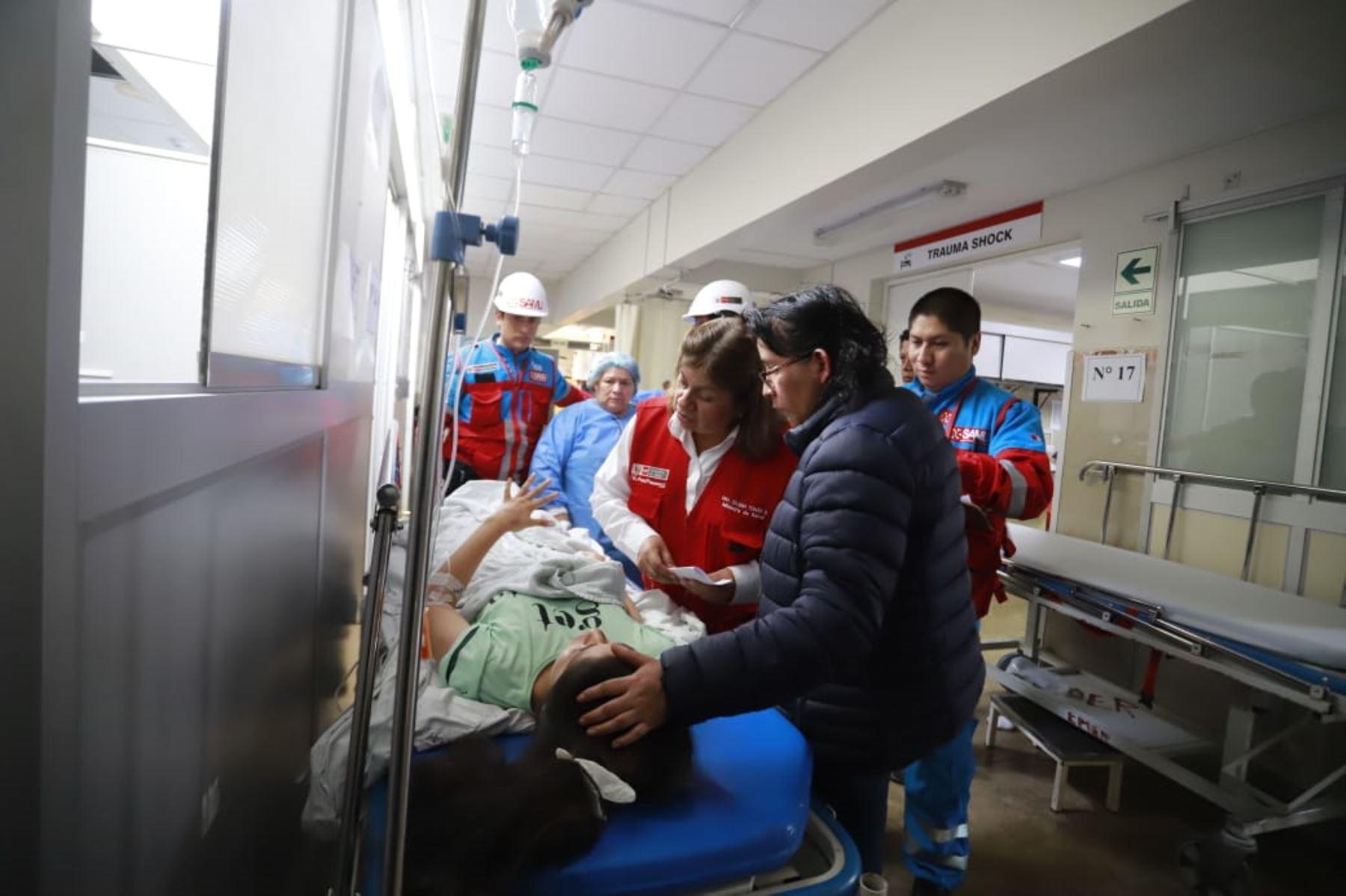 La ministra de Salud, Zulema Tomás, llegó al Hospital José Agurto Tello de Chosica para supervisar el traslado de los heridos por accidente en Huarochirí.