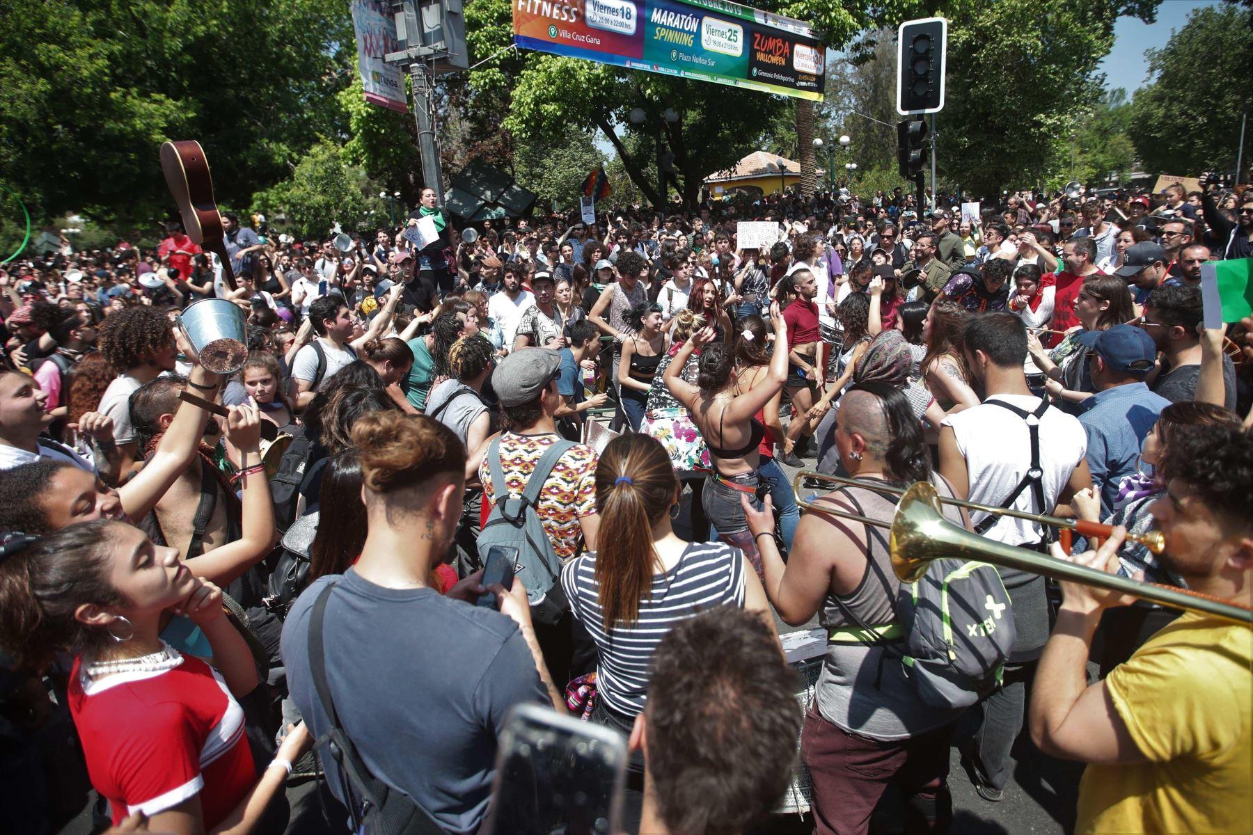 Continúan protestas en Chile ante actuales condiciones sociales. Foto: EFE