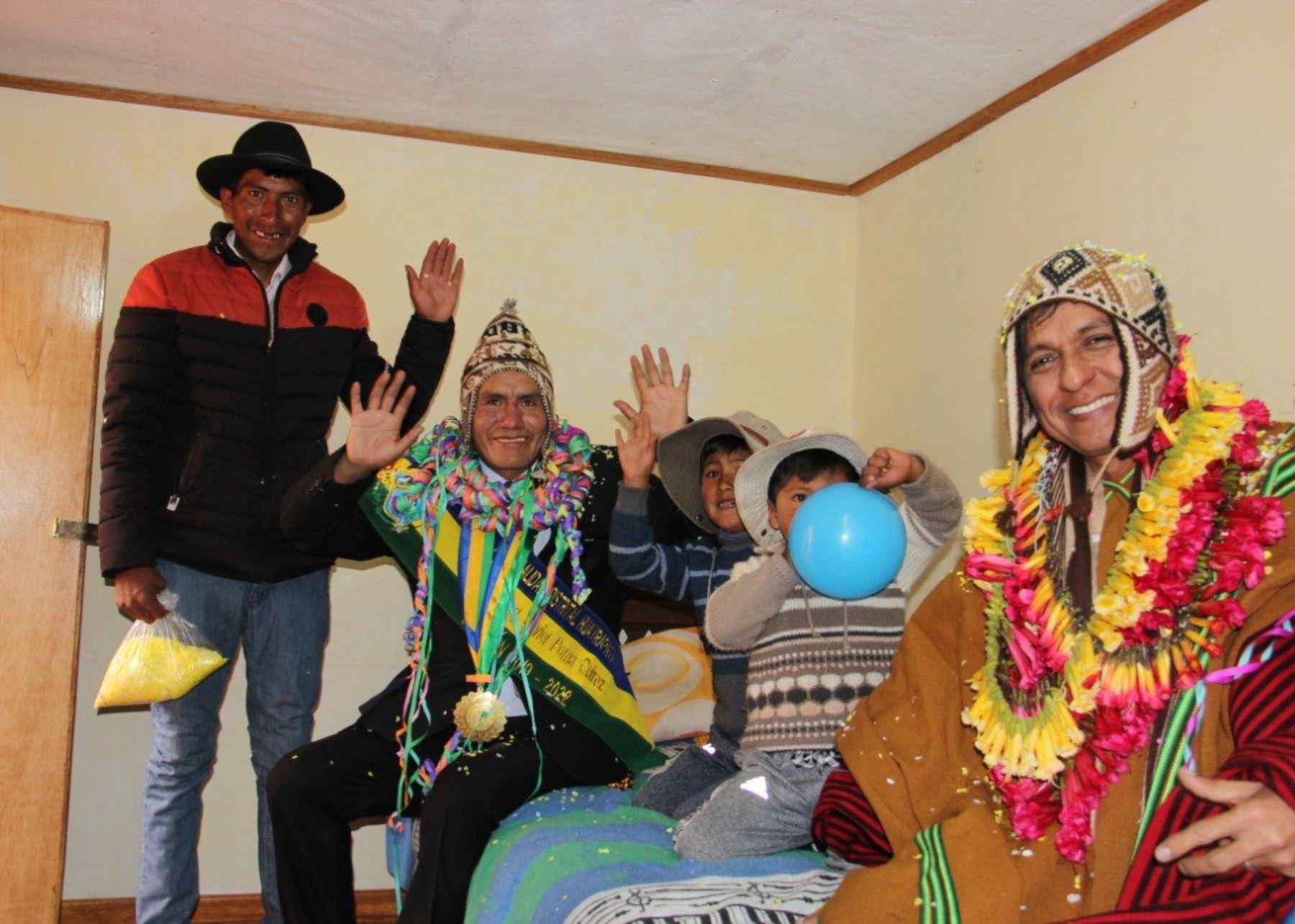 Midis entregó viviendas térmicas en Puno.