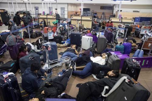 Cientos de pasajeros quedaron atrapados en el aeropuerto de Santiago de Chile