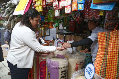 La ministra del Ambiente, Fabiola Muñoz, recorre el mercado de abastos Rospigliosi