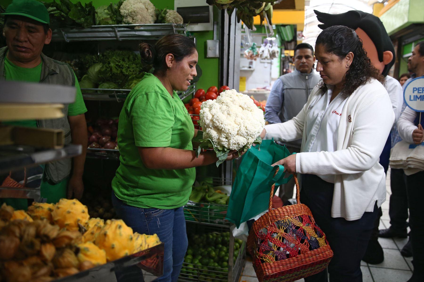 """La ministra del Ambiente, Fabiola Muñoz, recorre el mercado de abastos """"Rospigliosi"""" a fin de enseñar a la ciudadanía cómo realizar compras diarias en el mercado consumiendo responsablemente y buscando no generar más recursos.Foto: ANDINA/Vidal Tarqui"""