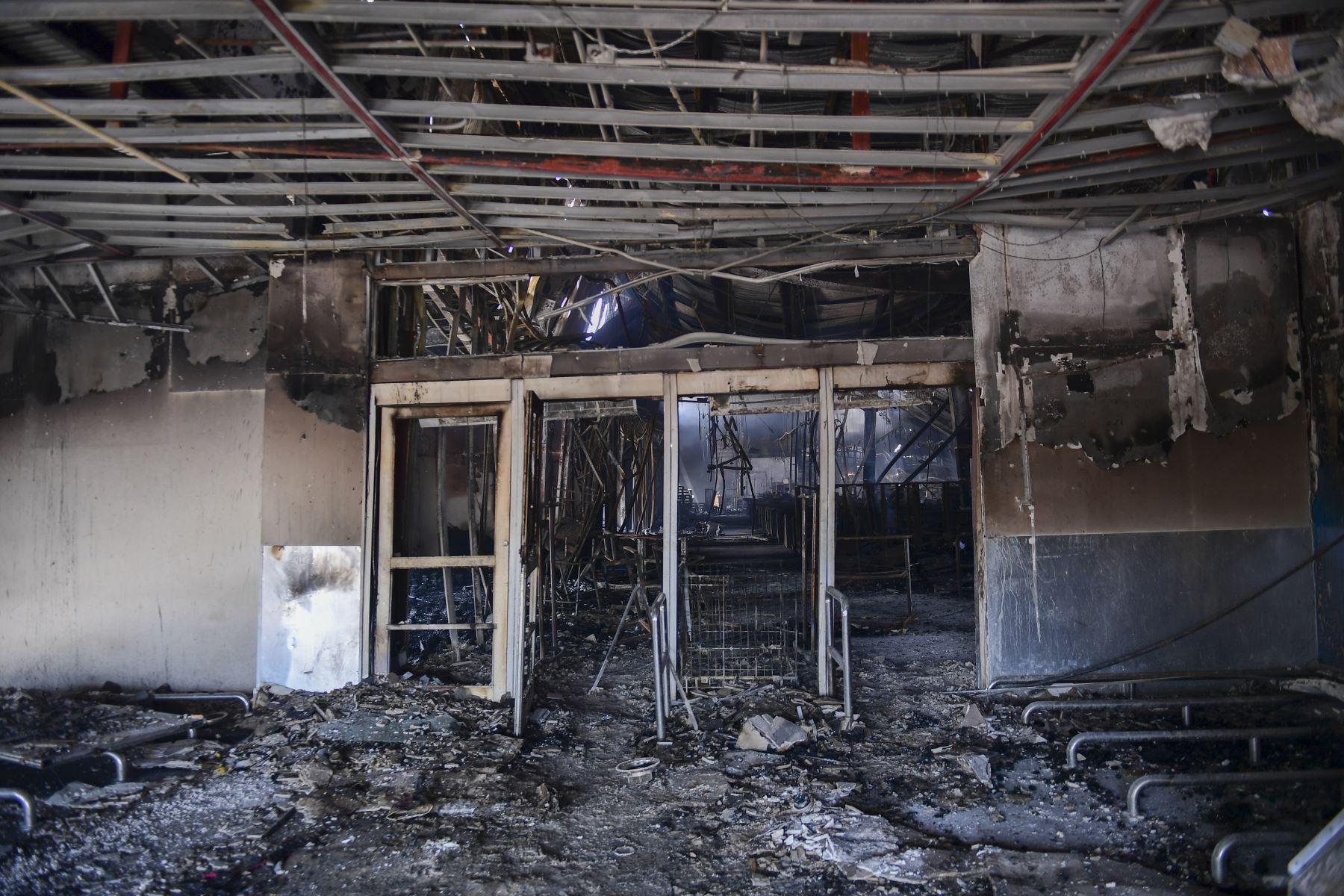 Vista de un supermercado que se quemó y saqueó durante las protestas masivas provocadas por el intento del gobierno de aumentar la tarifa del metro en Santiago, Chile. Foto: AFP
