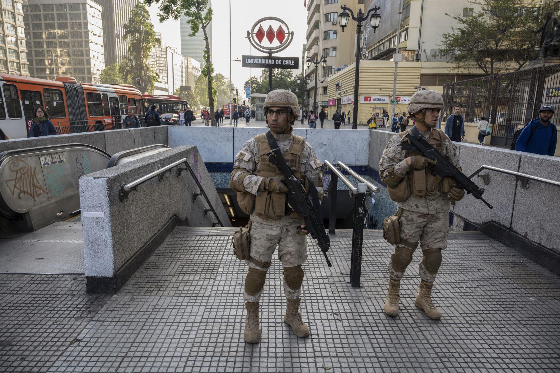 Soldados chilenos hacen guardia en Santiago, Chile. Foto: AFP