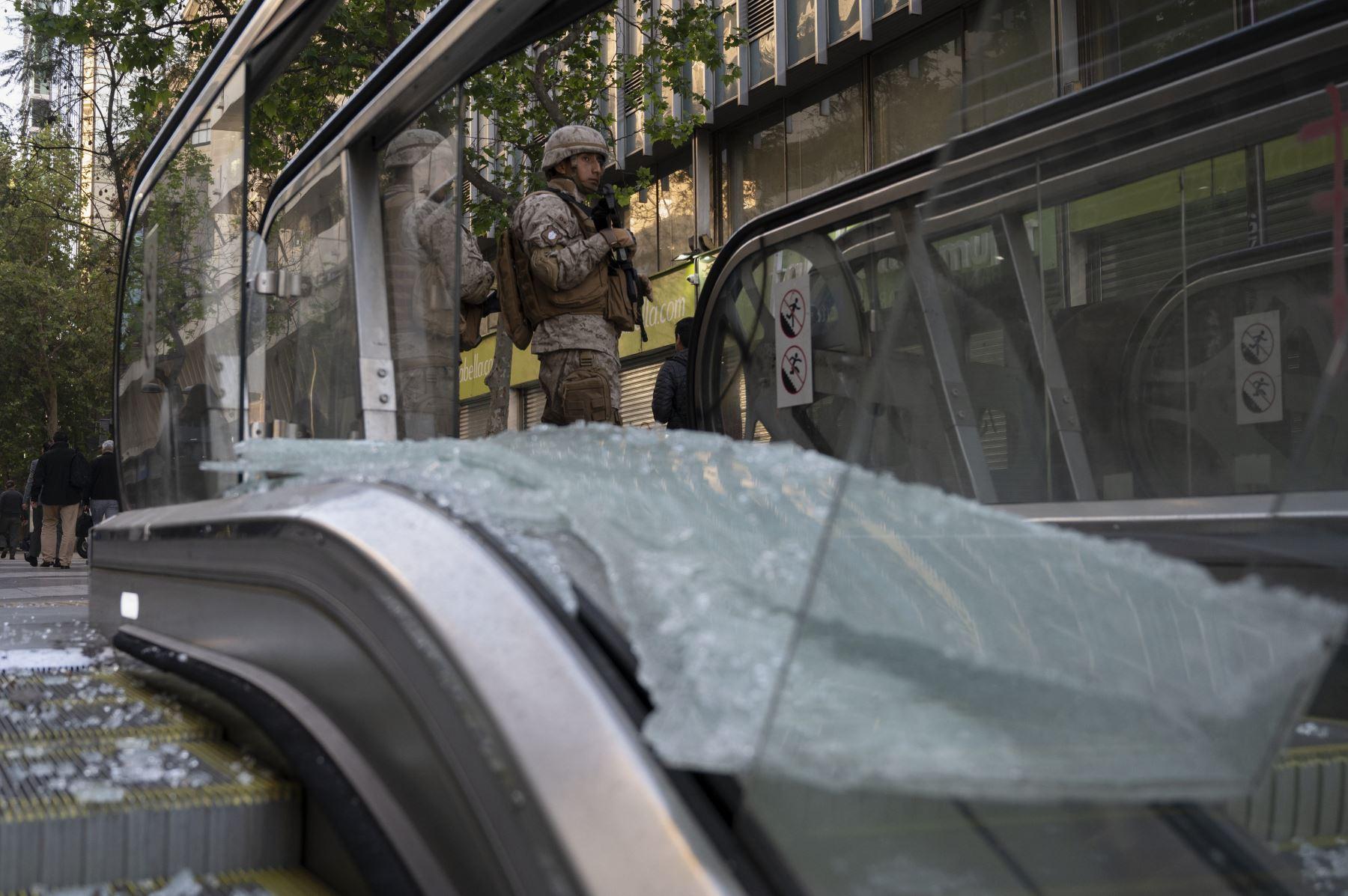 Soldados chilenos hacen guardia frente a la estación del metro en Santiago, Chile. Foto: AFP