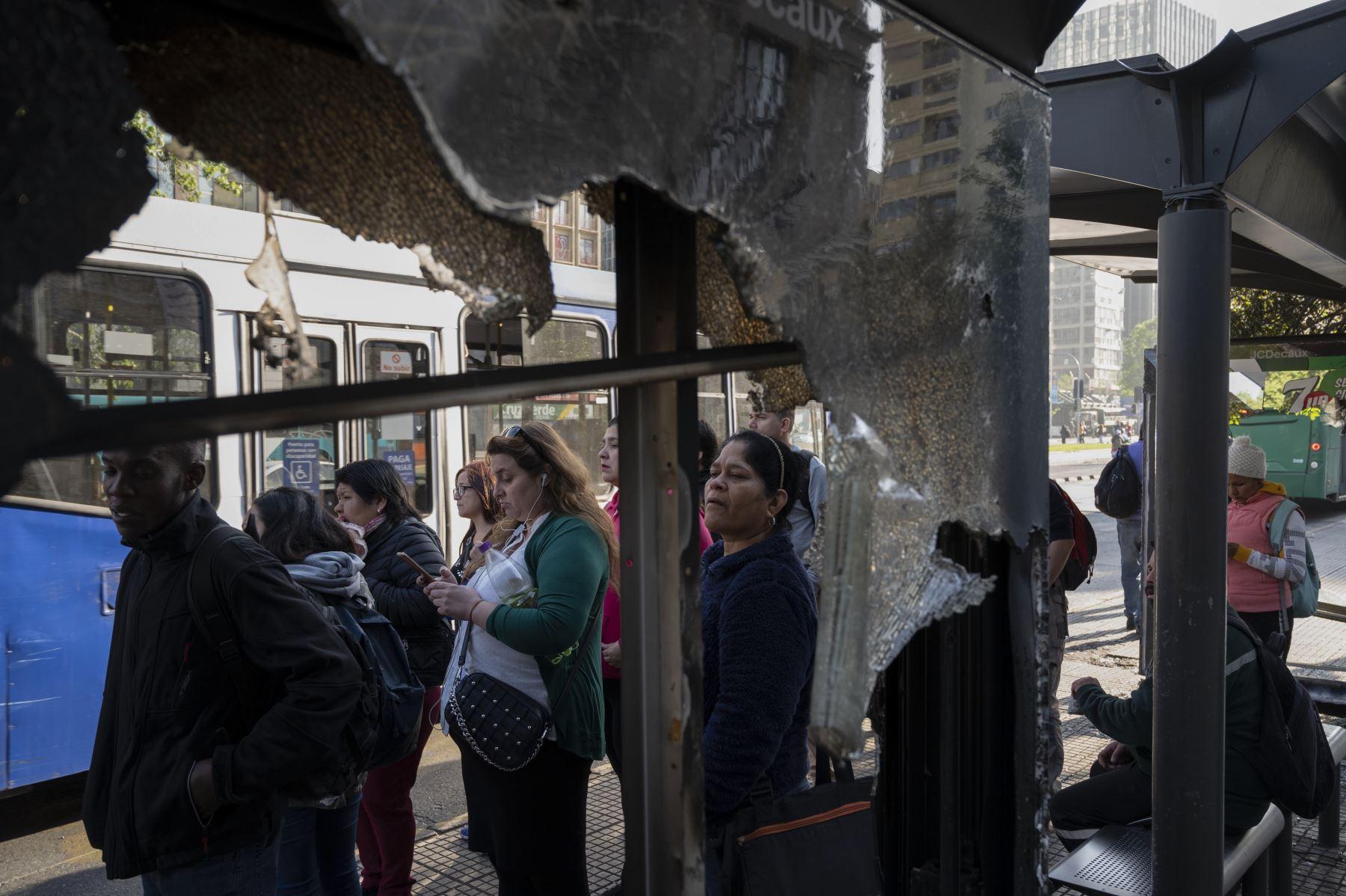 La gente espera tomar un autobús en Santiago de Chile, tras las protestas violentas, inicialmente contra un aumento en las tarifas del metro. Foto: AFP