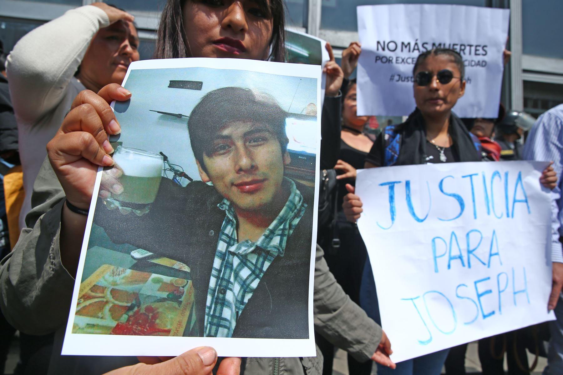 Familiares de Joseph Huashuayo realizan plantón en el frontis del Ministerio Público. Foto: ANDINA/Melina Mejía