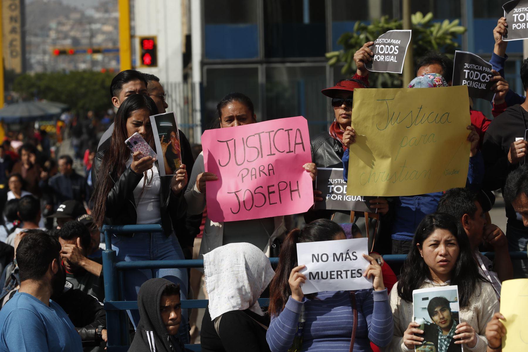 Familiares y amigos de Joseph Huashuayo realizan plantón en el frontis del Ministerio Público. Foto: ANDINA/Renato Pajuelo