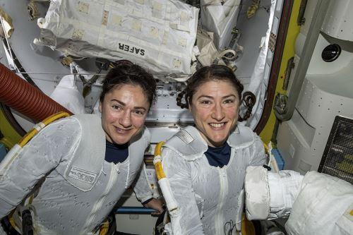 Las astronautas estadounidenses Christina Koch y Jessica Meir participan en la caminata espacial. Foto: AFP