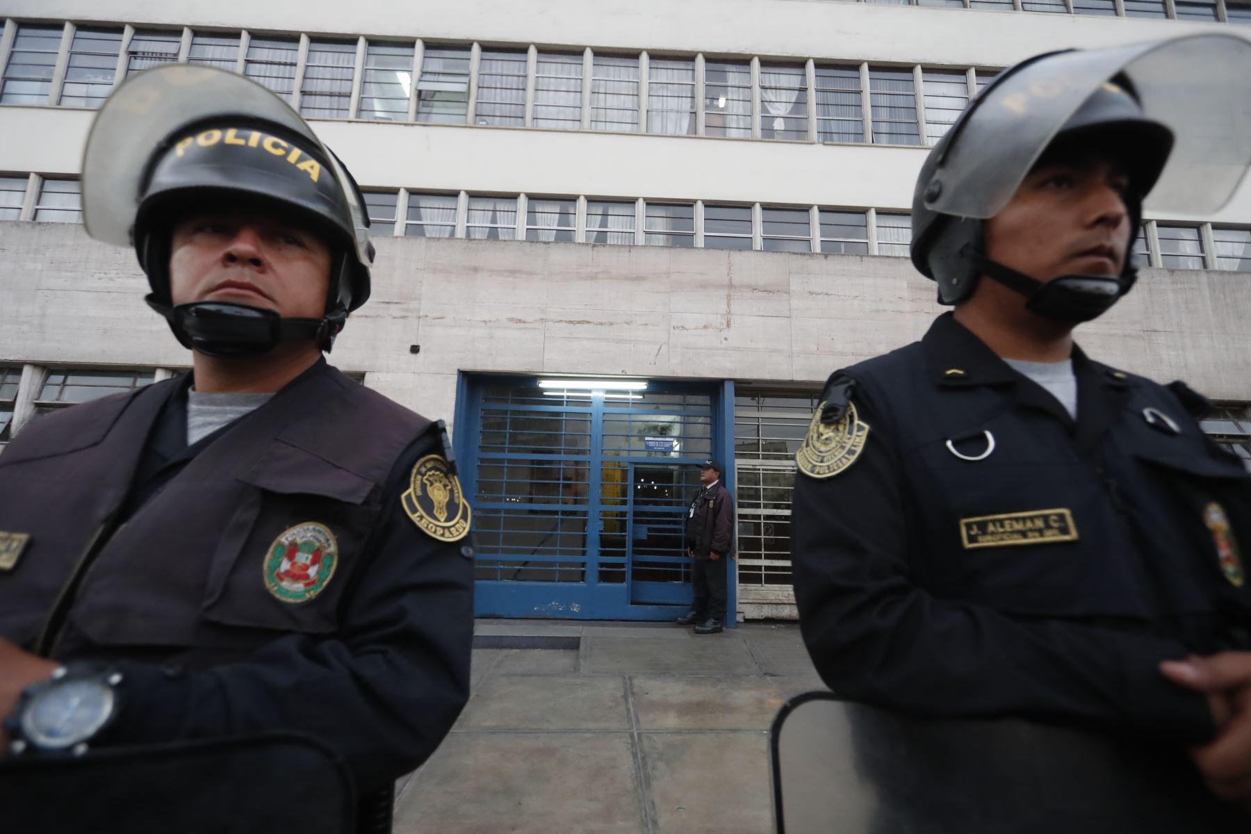 Policía custodian exteriores del Ministerio Público donde viene realizándose la audiencia d e prisión preventiva. Foto: ANDINA/Renato Pajuelo