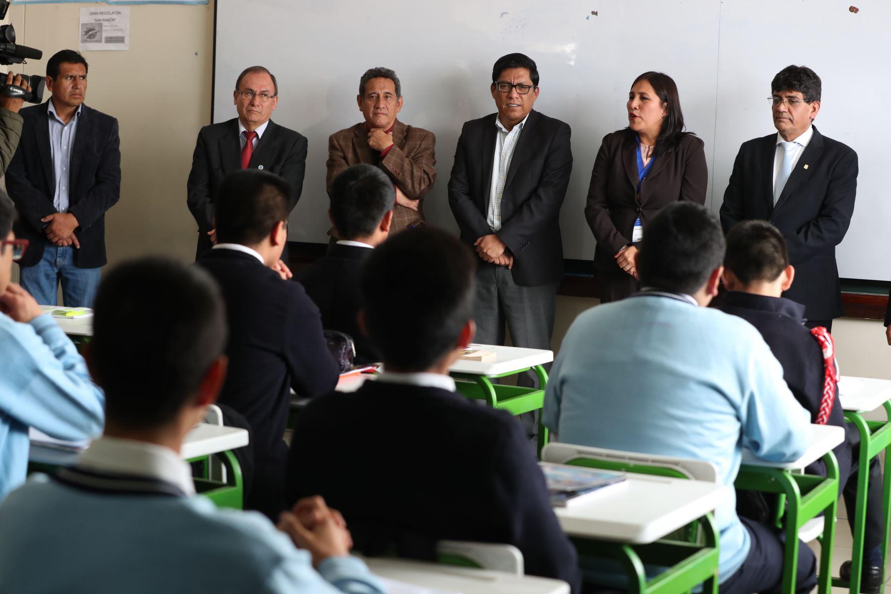 El presidente del Consejo de Ministros Vicente Zeballos, visitó la institución educativa San Ramón de Cajamarca, donde dialogó con estudiantes acompañado por la ministra de Educación, Flor Pablo Medina.Foto:ANDINA/PCM
