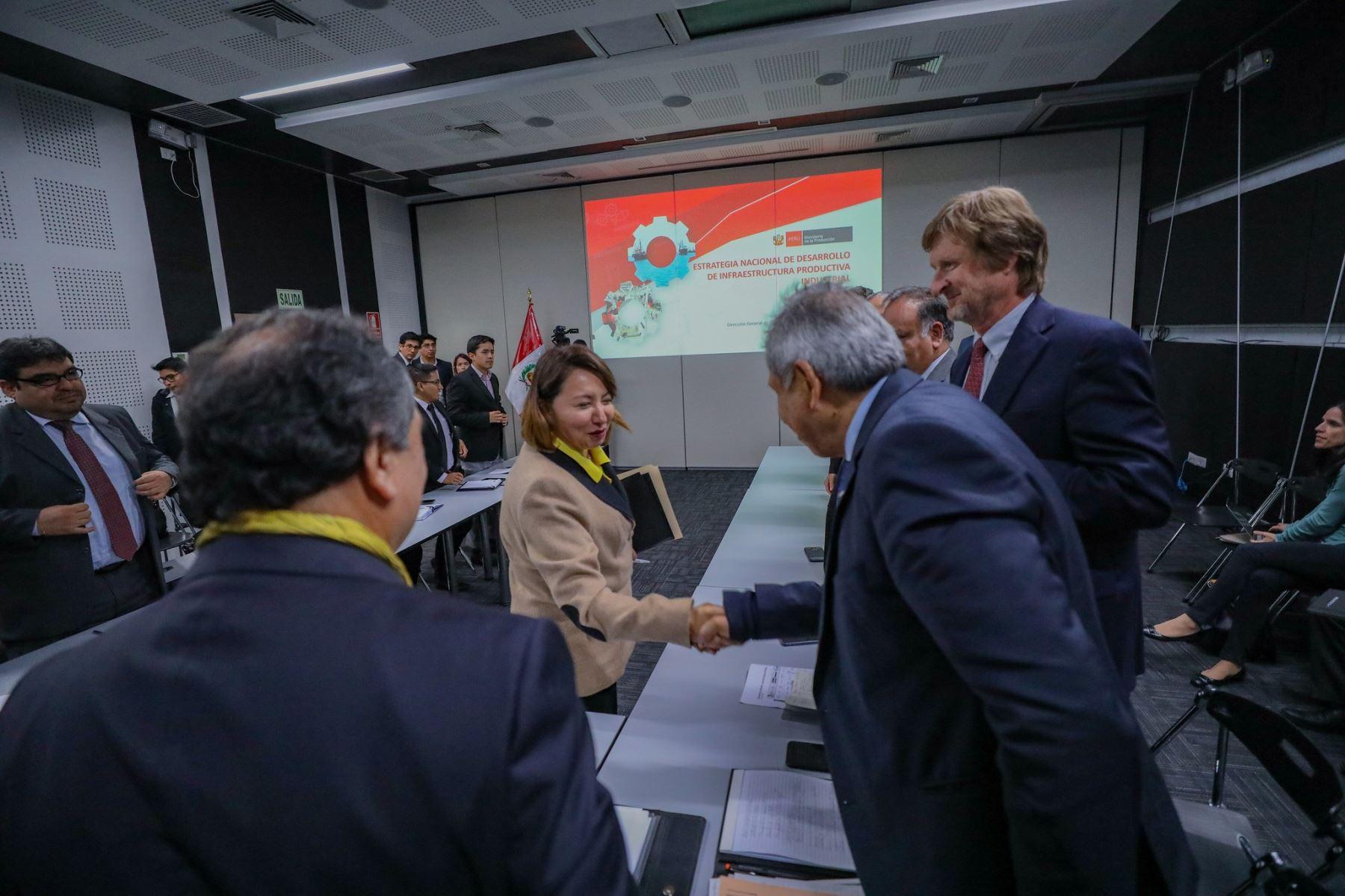 Ministra de la Producción, Rocío Barrios, en reunión con representantes de industriales y gremios empresariales. Foto: Cortesía.