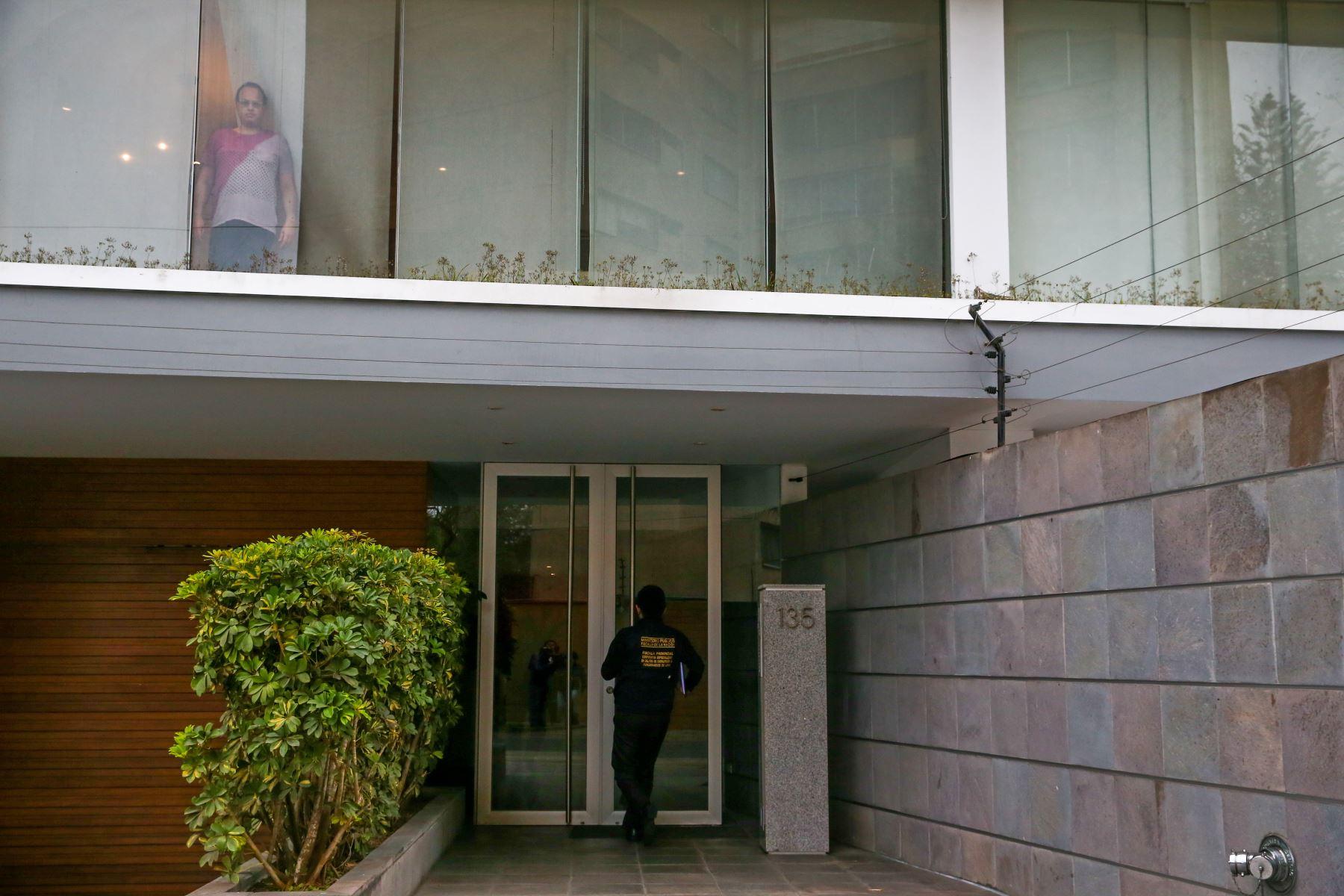 Miembros de la fiscalía de la Nación, efectúan el allanamiento del departamento de Romulo León Romero, hermano de Luciana León. Foto: ANDINA Melina Mejía