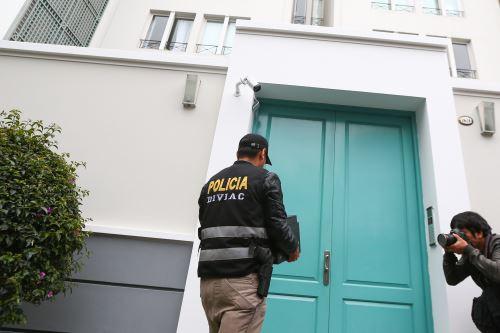 Miembros de la Fiscalía de la Nación llevan a cabo el allanamiento del departamento de Luciana León