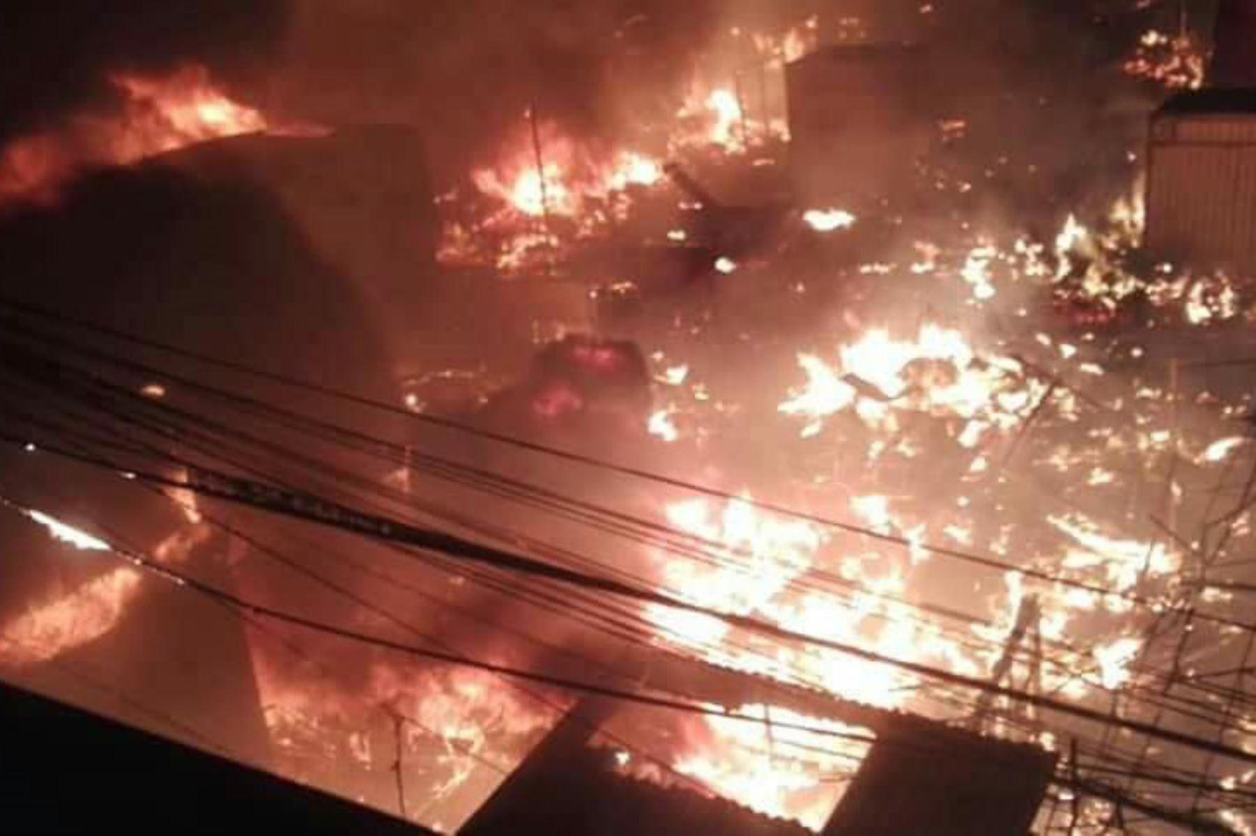 Incendio arrasa con 30 puestos del mercado modelo de Huarmey, en Áncash. ANDINA/Difusión