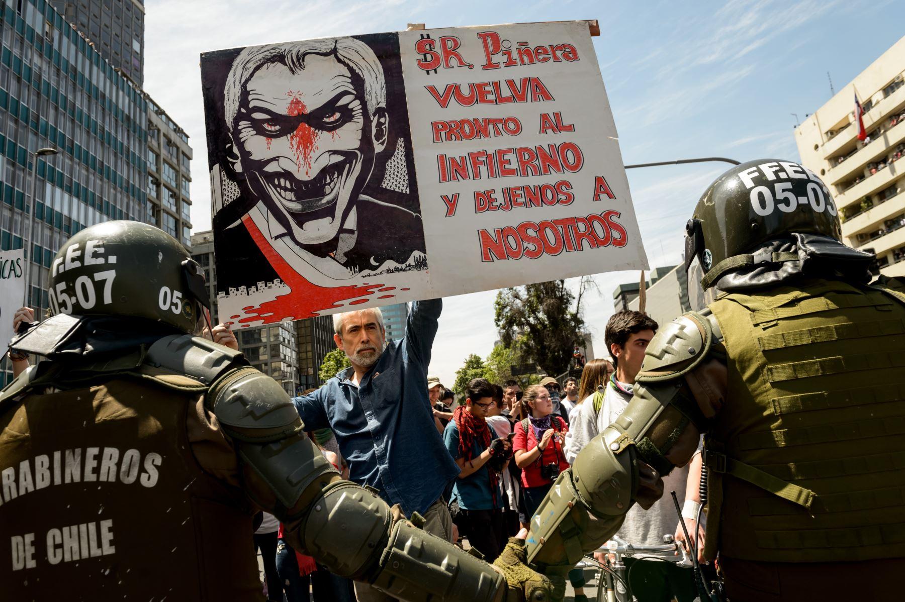 La gente se manifiesta en el cuarto día consecutivo de protestas contra un aumento ahora suspendido de los precios de los boletos de metro, en Santiago. Foto: AFP