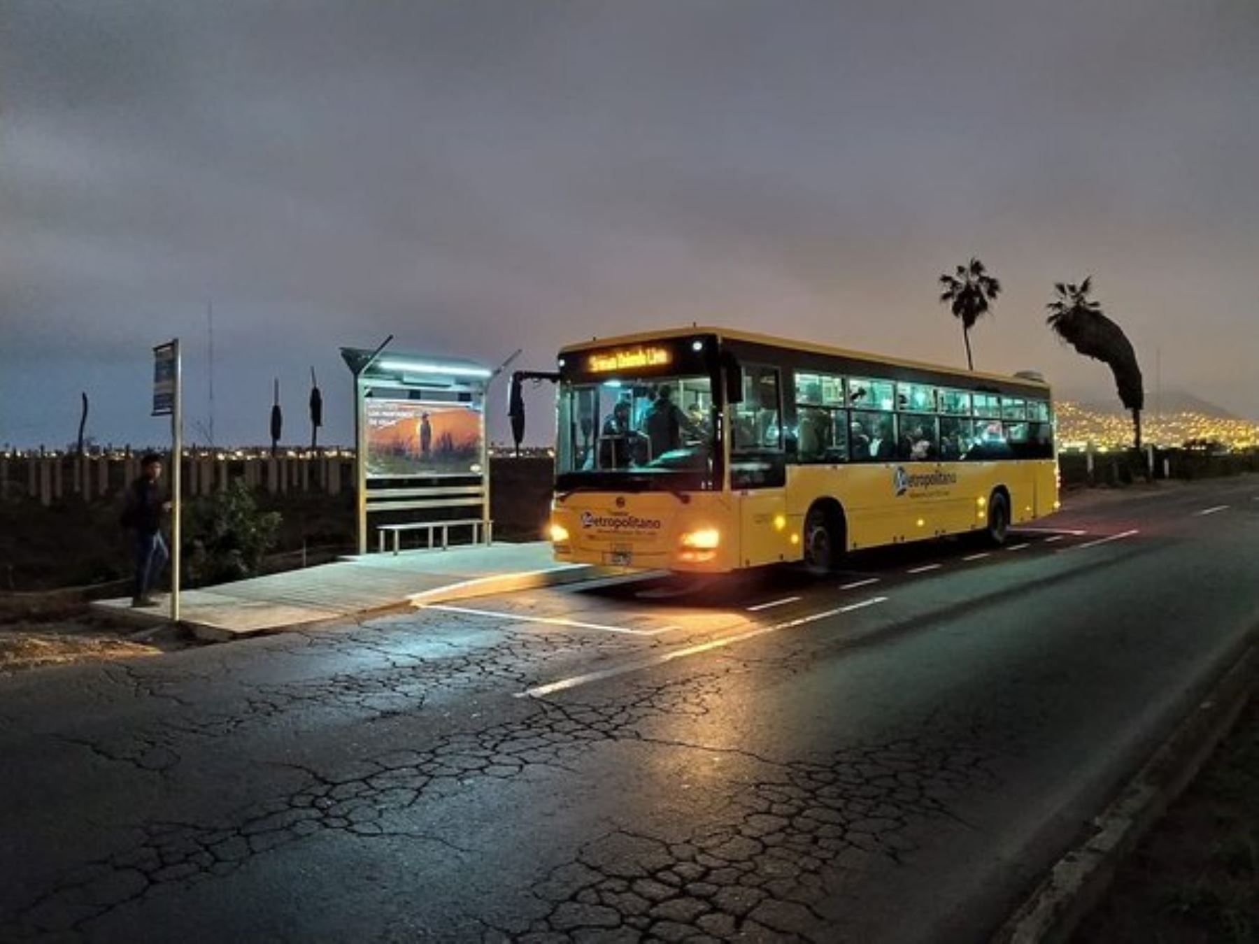 """La Municipalidad de Lima inició la instalación de paneles solares en paraderos convencionales del Metropolitano convirtiéndolos en paraderos """"inteligentes"""" que utilizan energía renovable."""