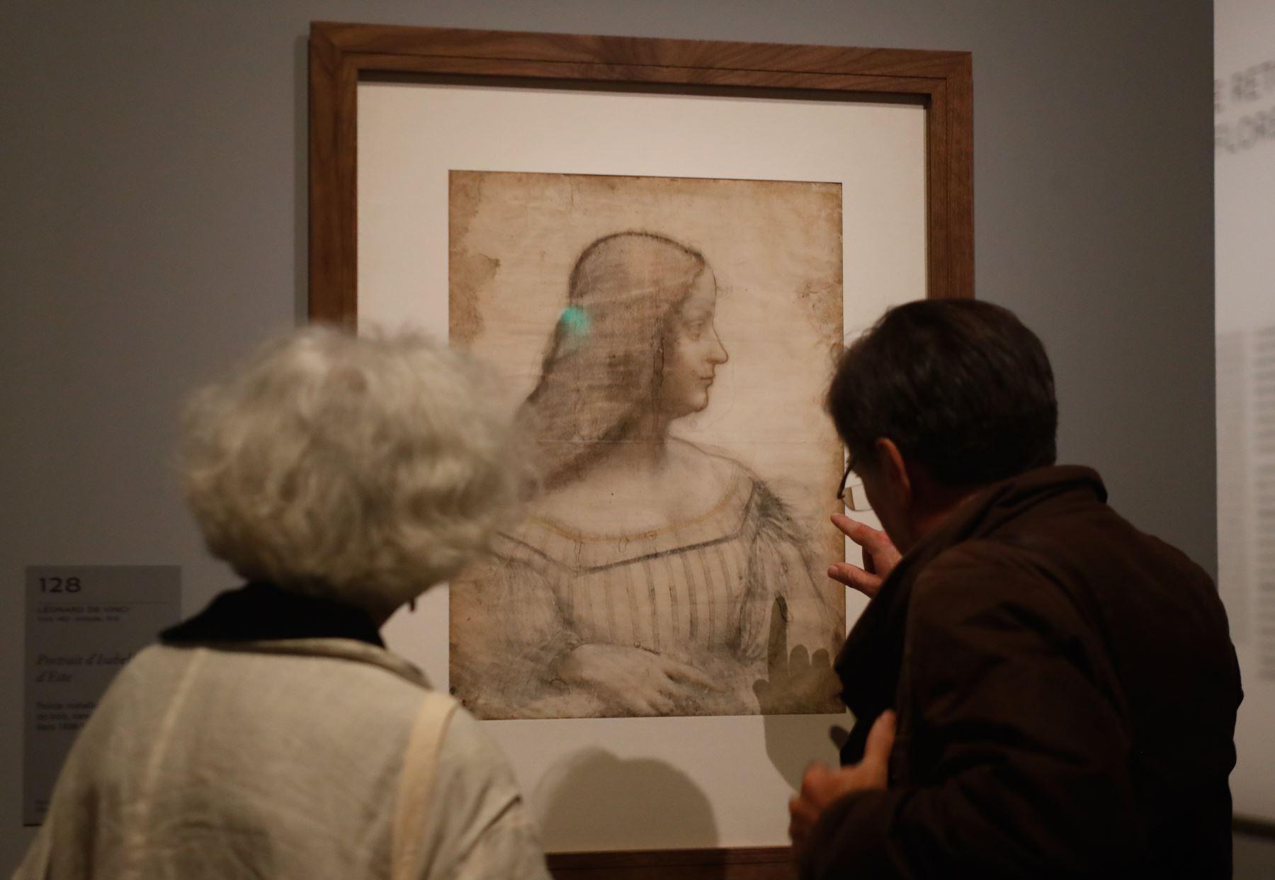 """Dos personas miran un dibujo del """"Retrato de Isabel de Este"""" de Leonardo da Vinci, en el museo del Louvre en París. Foto: AFP"""