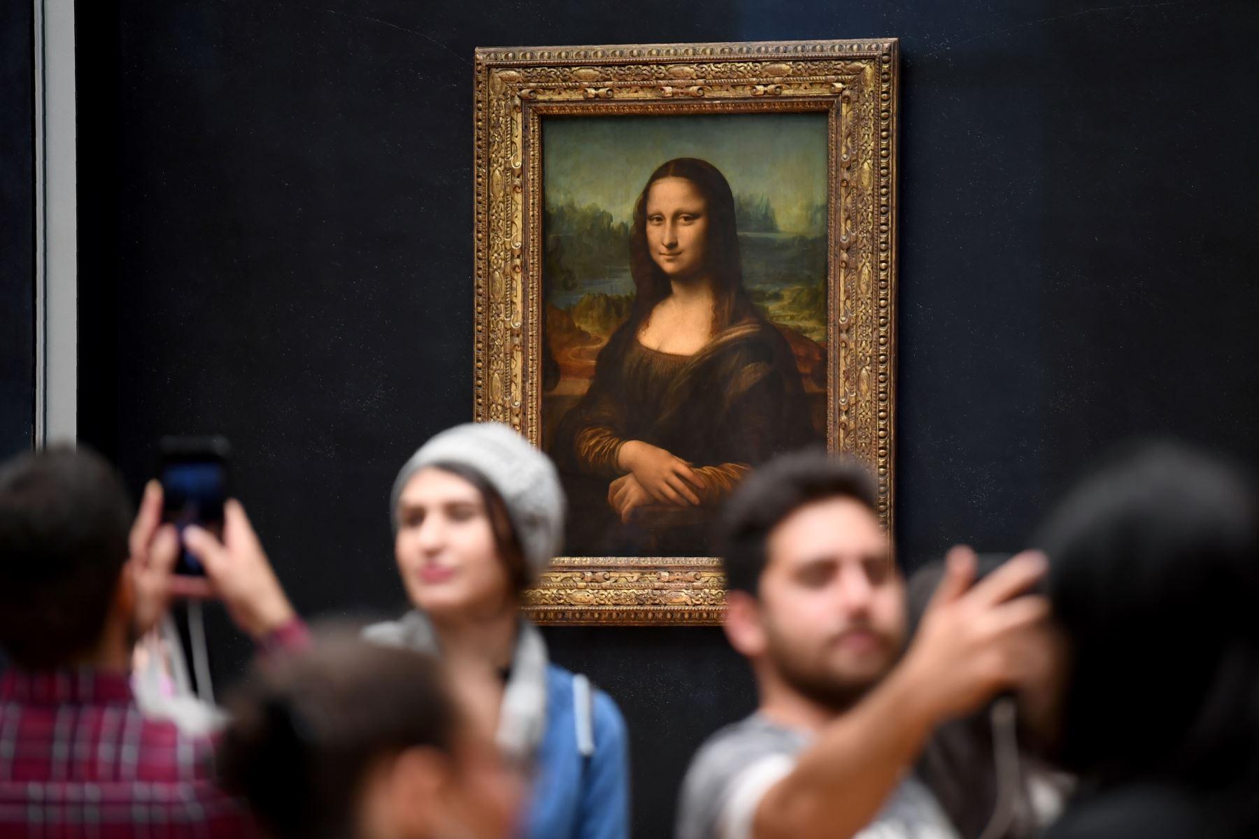 Visitantes toman fotografías frente a La Mona Lisa (La Gioconda) en el Museo del Louvre en París. Foto: AFP