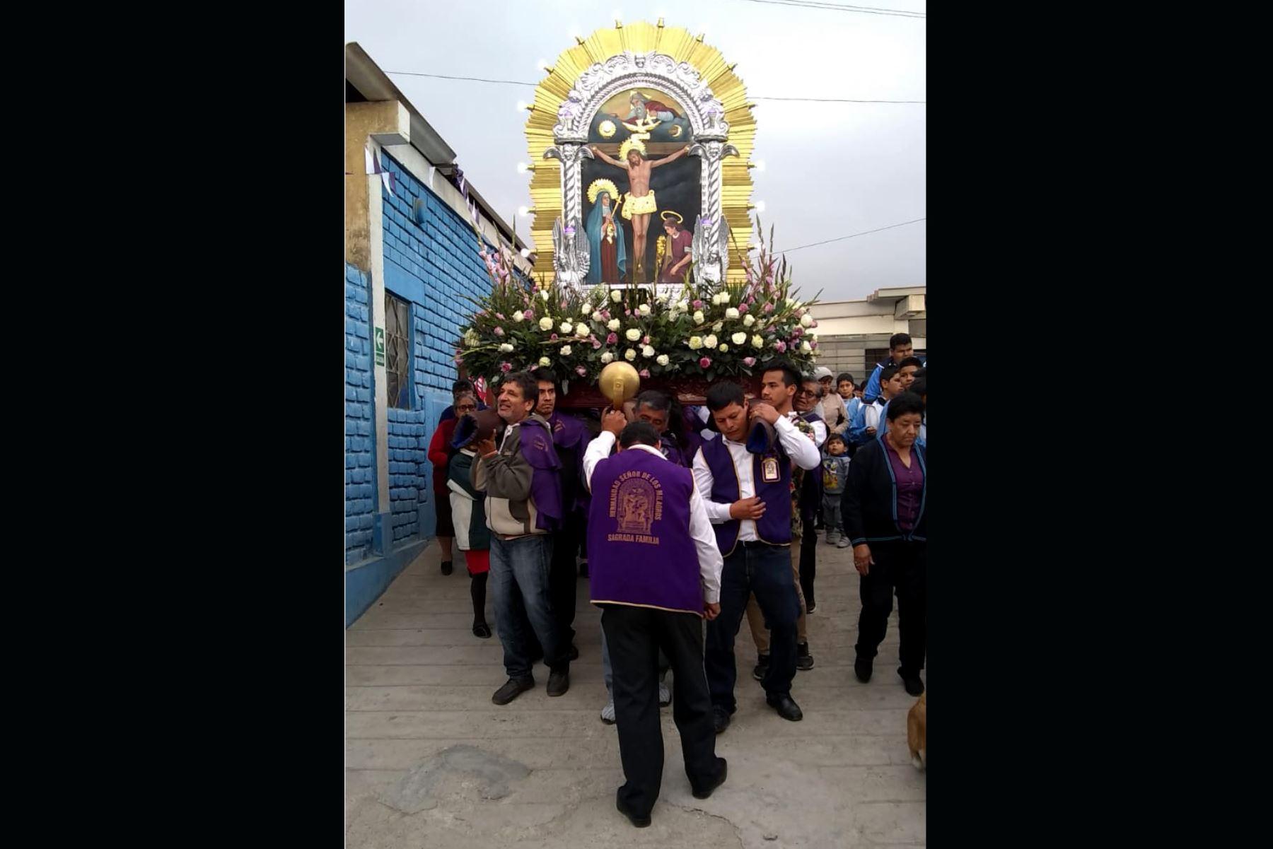 El Señor de los Milagros saldrá en procesión este sábado 26 de octubre en el distrito trujillano de La Esperanza para derramar sus bendiciones. Foto: ANDINA/Luis Puell