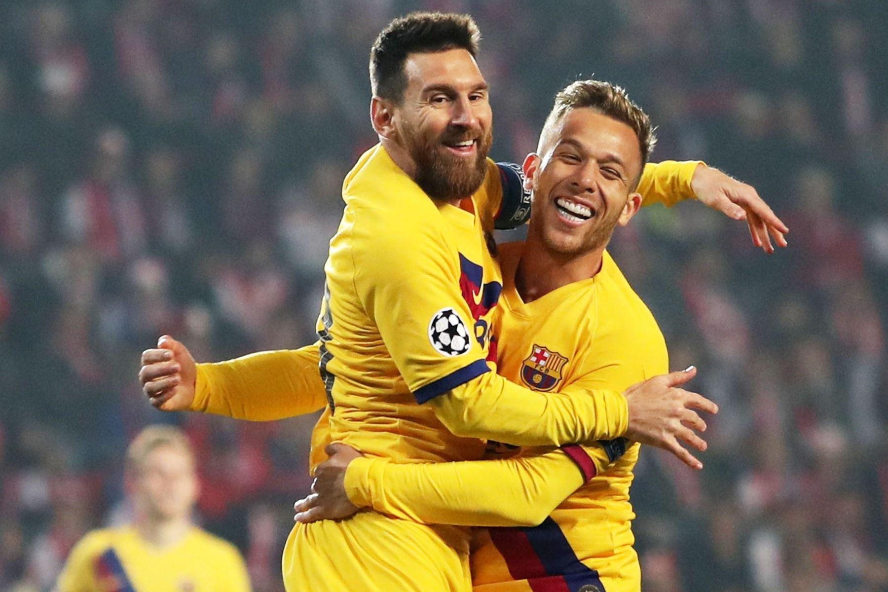 Lionel Messi de Barcelona celebra con sus compañeros después de marcar el gol de apertura durante el partido del Grupo F de la Liga de Campeones de la UEFA. Foto: AFP