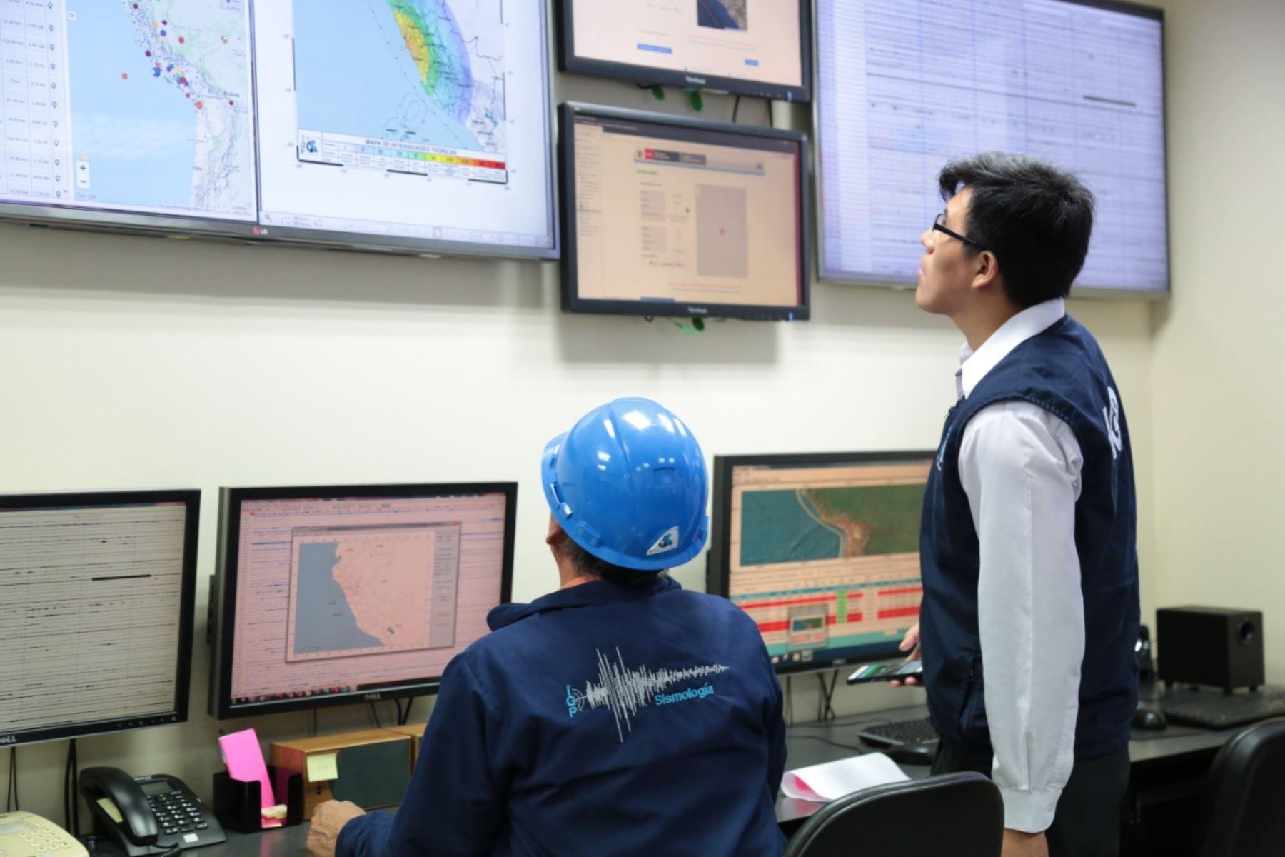 Personal especializado recibe información de los sensores ubicados en distintos puntos del país. Foto: IGP