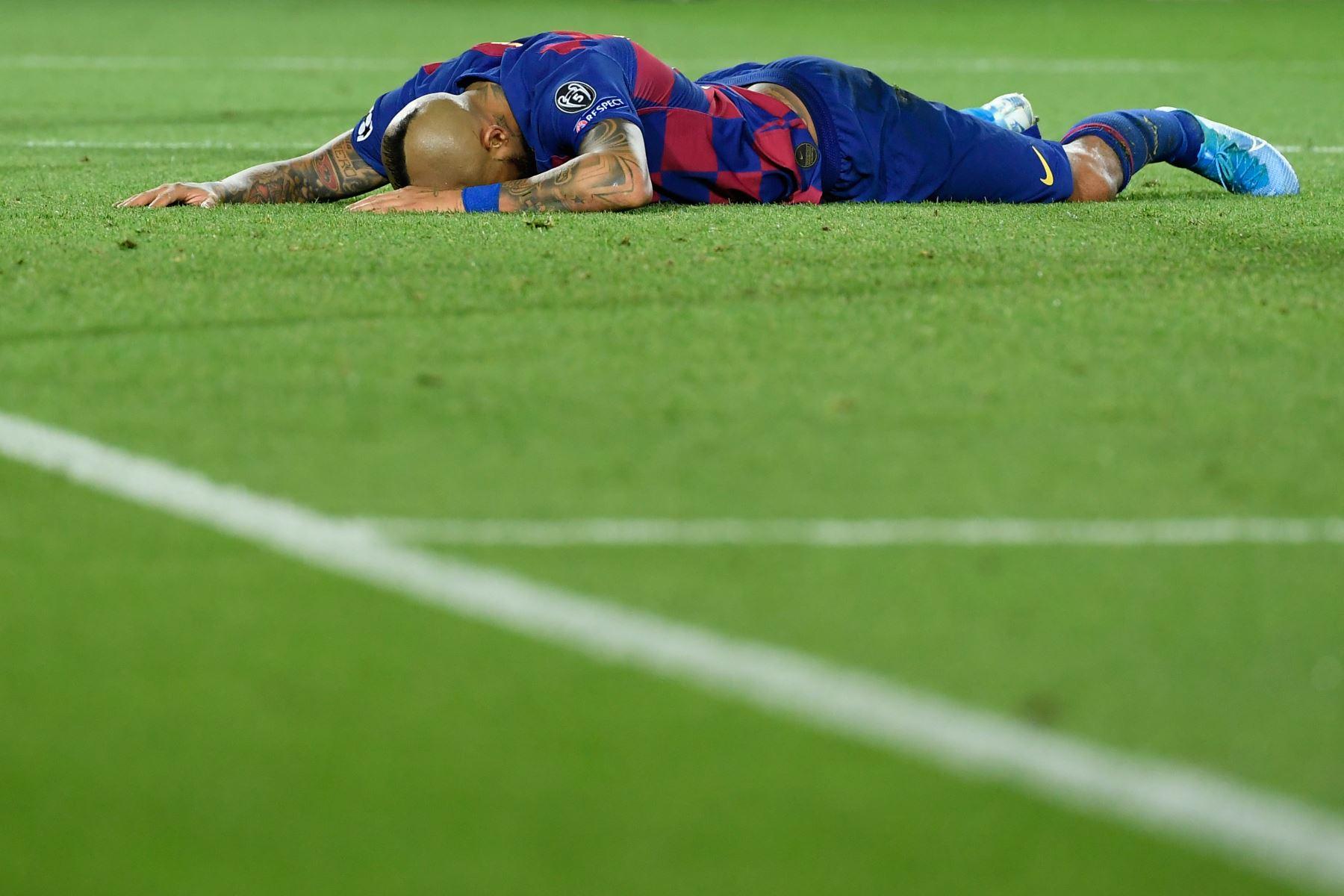 El mediocampista chileno del Barcelona Arturo Vidal reacciona durante el partido de fútbol del grupo F de la UEFA Champions League entre el FC Barcelona y el SK Slavia Prague. Foto:AFP