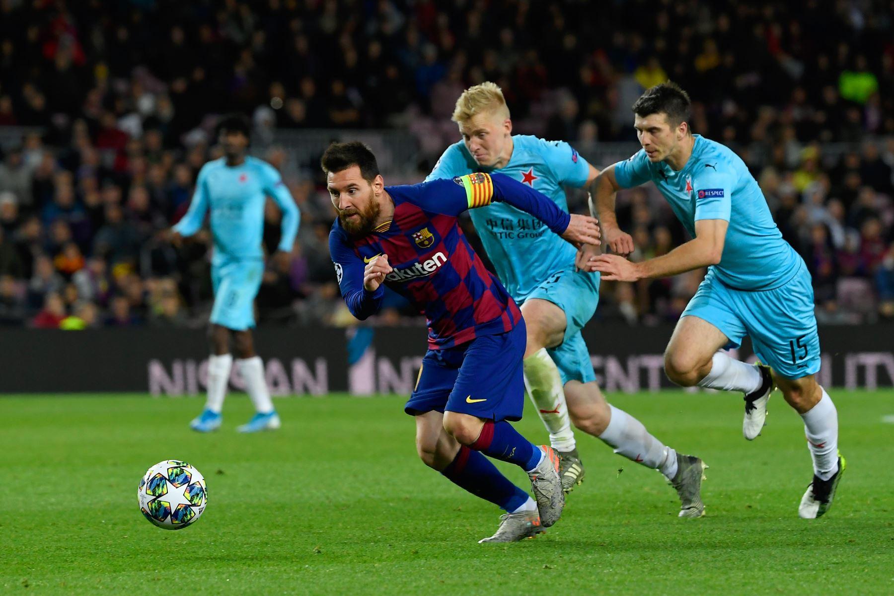 El delantero argentino de Barcelona Lionel Messi corre por el balón durante el partido de fútbol del grupo F de la UEFA Champions League entre el FC Barcelona y el SK Slavia Prague. Foto: AFP