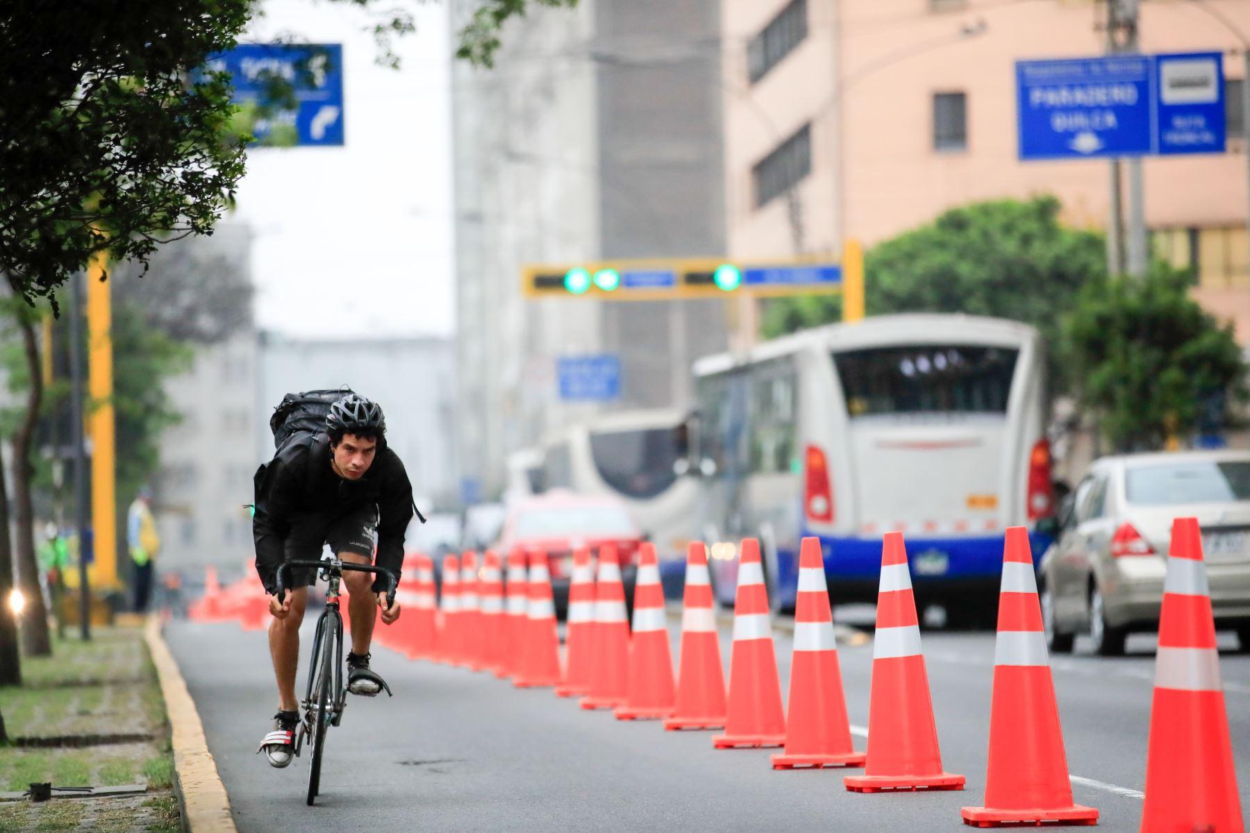 La Municipalidad de Lima activó un carril segregado para ciclistas en el corredor vial Tacna - Garcilaso de la Vega.  Foto: Andina/Juan Carlos Guzmán Negrini