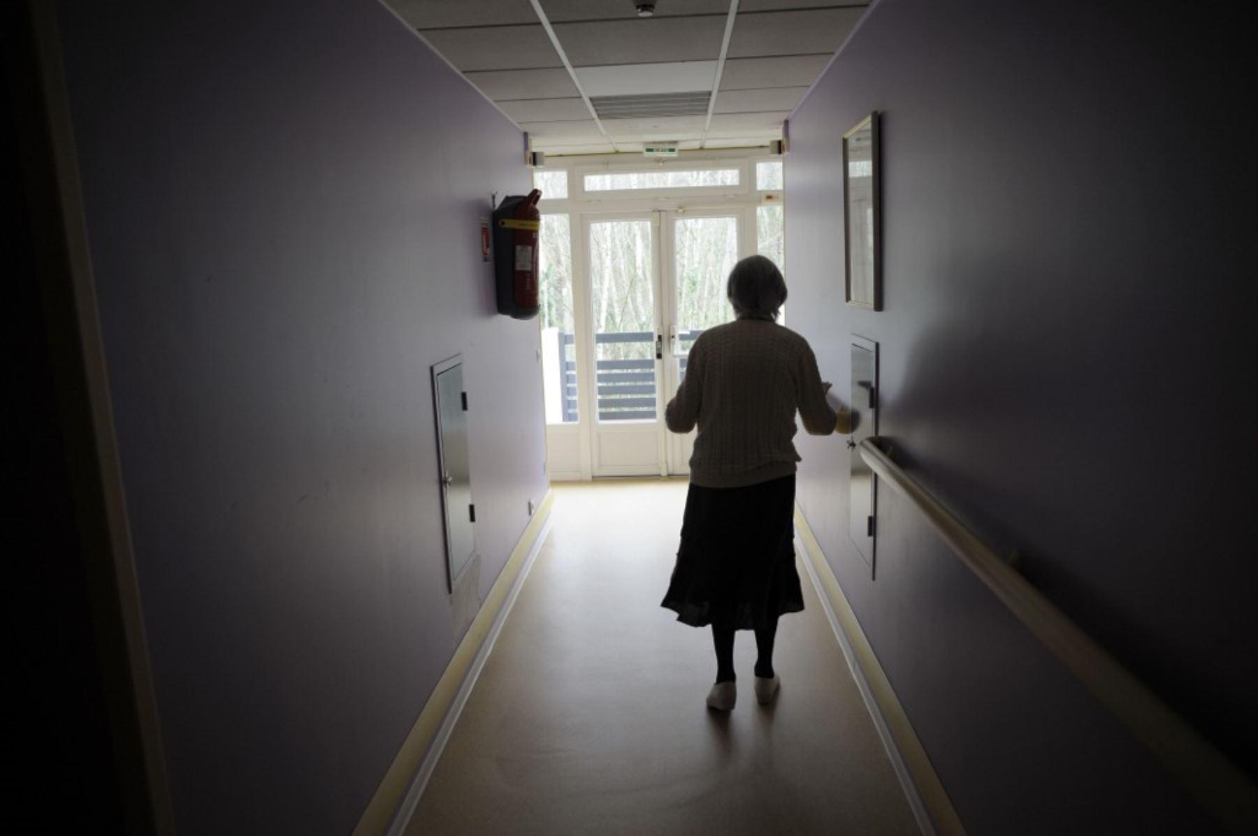 El hallazgo de una mujer resistente al Alzheimer, pese a su alta predisposición genética, abre las puertas a la creación de nuevos medicamentos. Foto referencial: AFP