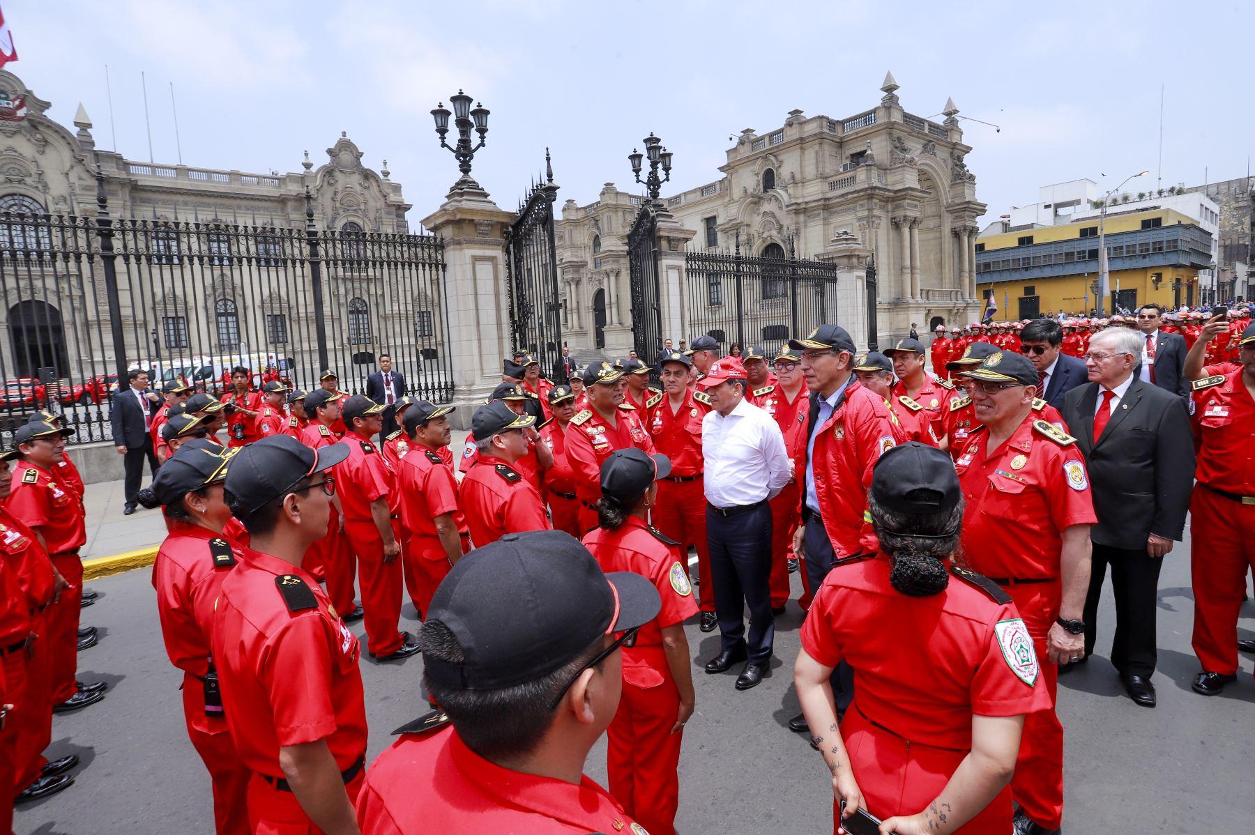 Presidente Martín Vizcarra, entregó ambulancias, camionetas, autobombas y herramientas de rescate al Cuerpo General de Bomberos Voluntarios del Perú. Foto: ANDINA/ Prensa Presidencia