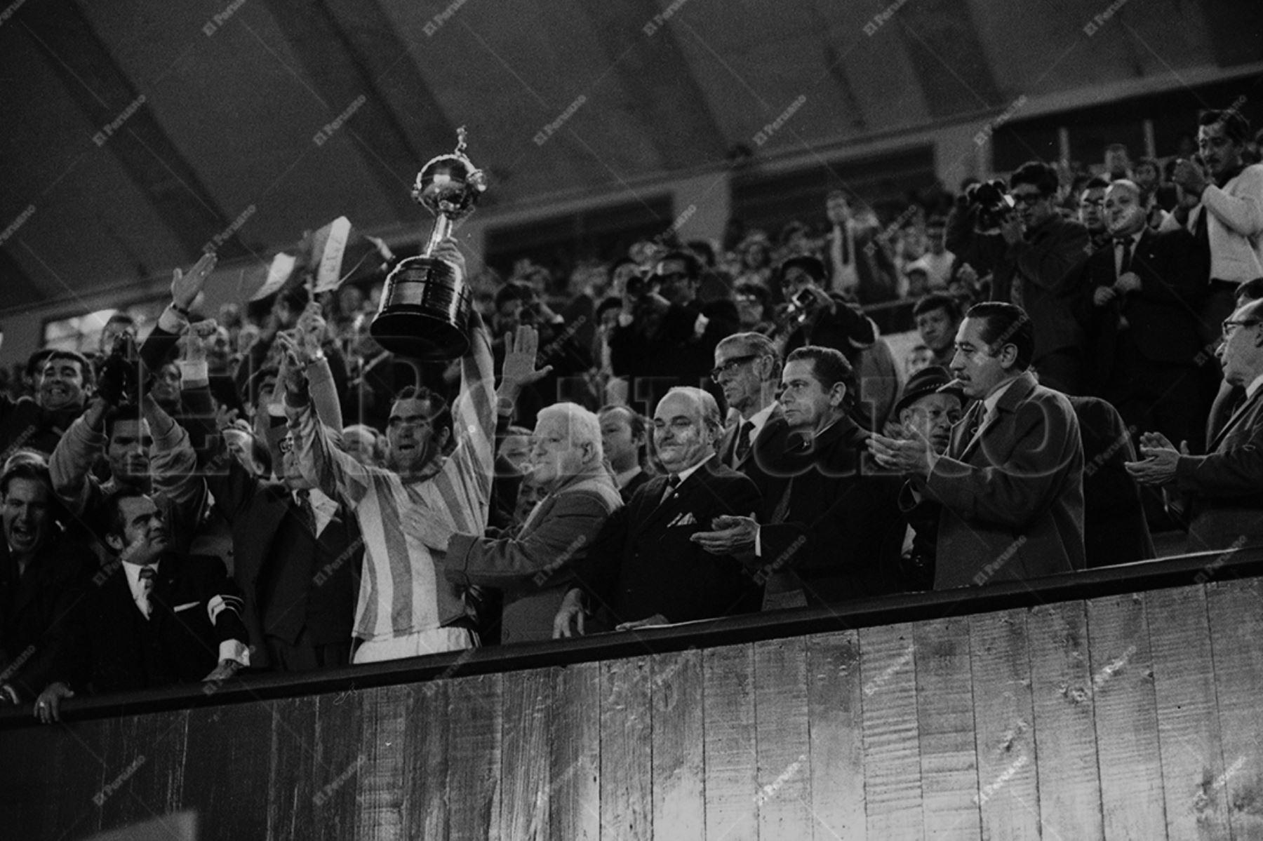 Lima - 9 junio 1971 / Luis Ubiña, capitán del Nacional con la copa en alto. El cuadro uruguayo se coronó campeón de la Copa Libertadores de América en el Estadio Nacional de Lima al vencer 2-0 a Estudiantes Argentina.  Foto: Archivo Histórico de El Peruano