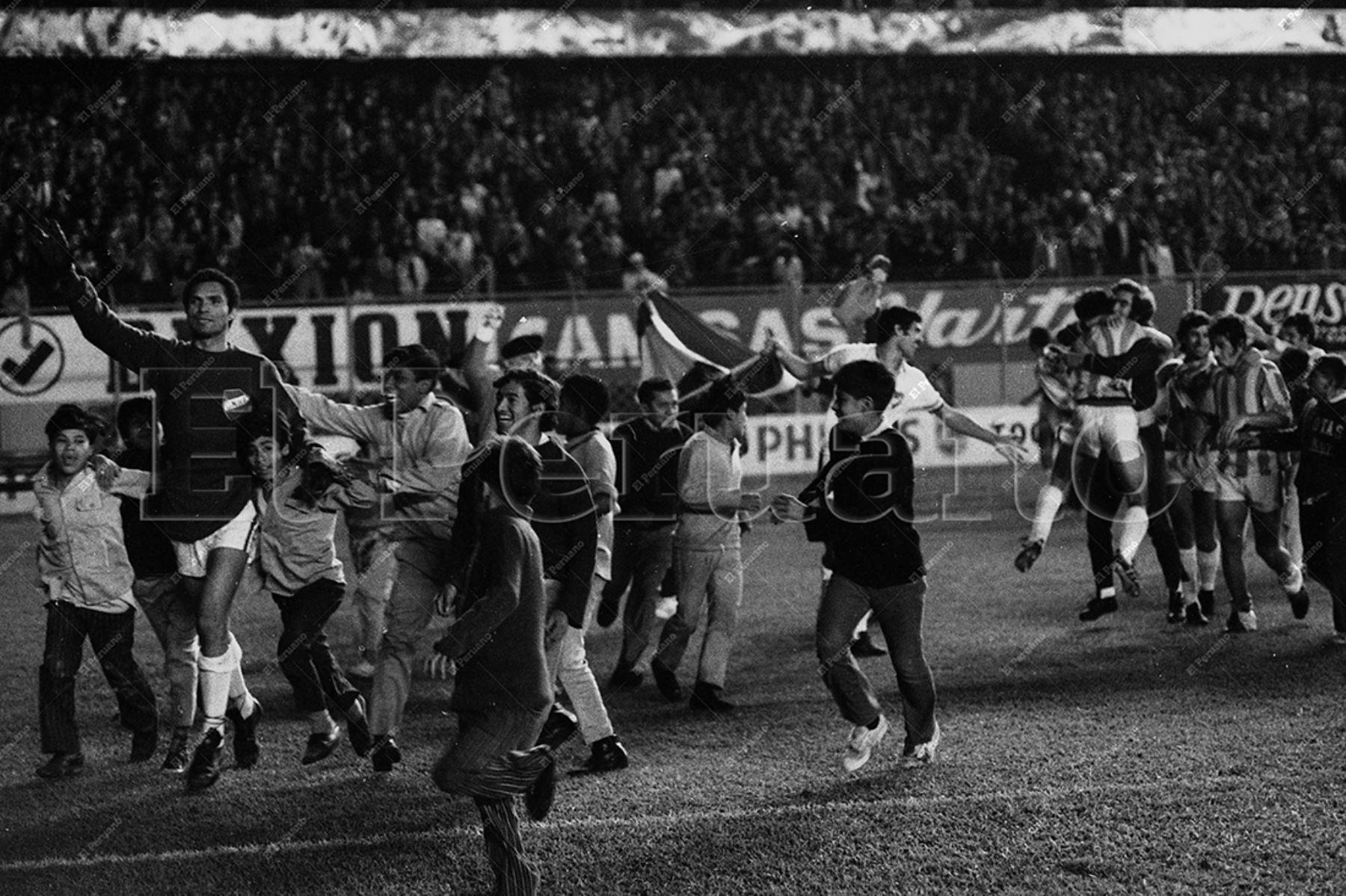 Lima - 9 junio 1971 / Gran euforia al termino del partido. Jugadores del Nacional de Uruguay mezclados con hinchas dan la vuelta olímpica en el Estadio Nacional. El cuadro uruguayo se coronó campeón de la Copa Libertadores de América al vencer 2-0 a Estudiantes de Argentina.  Foto Archivo Histórico de El Peruano