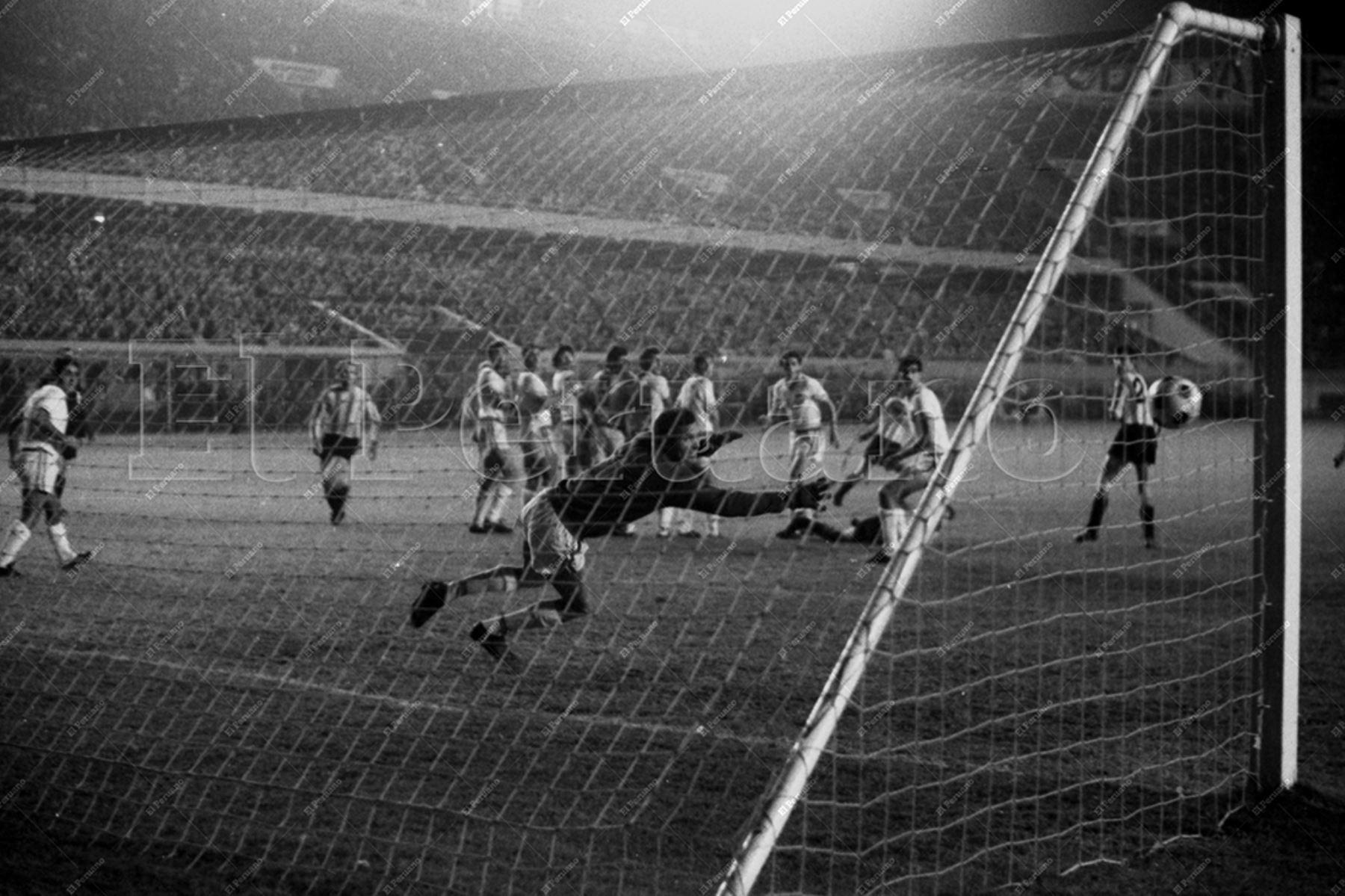 Lima - 9 junio 1971 / Nacional de Uruguay se coronó campeón de la Copa Libertadores de América en el Estadio Nacional de Lima al vencer 2-0 a Estudiantes Argentina. El cuadro tricolor ganó  por primera vez el codiciado trofeo y cortó el dominio del cuadro de La Plata luego de tres años. Foto Archivo Histórico de El Peruano