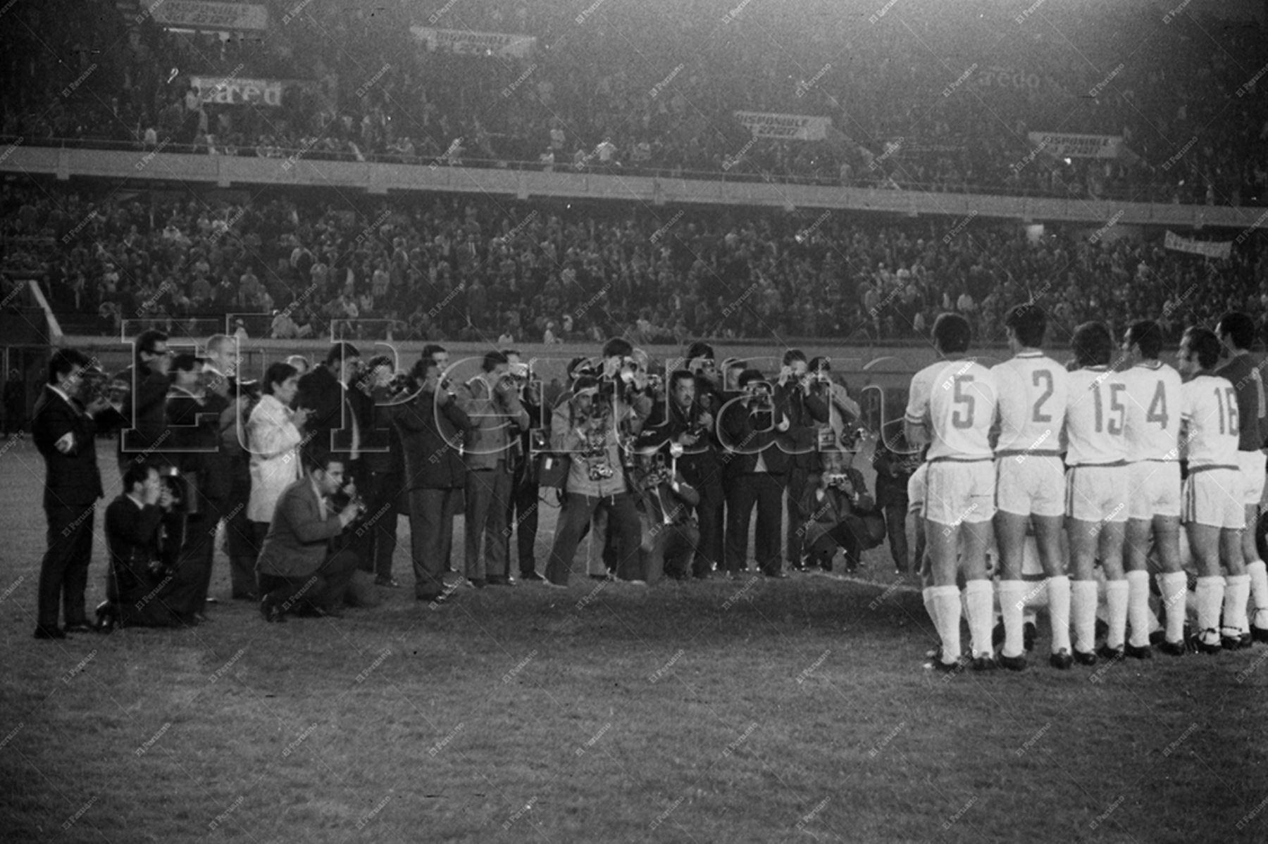 Lima - 9 junio 1971 / El cuadro del Nacional de Uruguay forma para los fotógrafos en el Estadio Nacional. Los uruguayos se coronaron campeones de la Copa Libertadores de América  al vencer 2-0 a Estudiantes Argentina. Foto Archivo Histórico de El Peruano