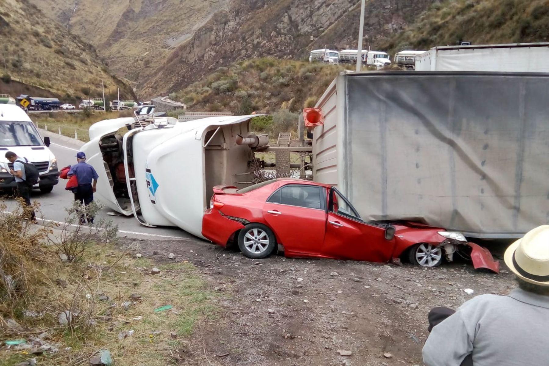 Tráiler se despista y vuelca sobre un auto matando a las dos personas que viajaban en este vehículo en la carretera Central. Foto: Pedro Tinoco