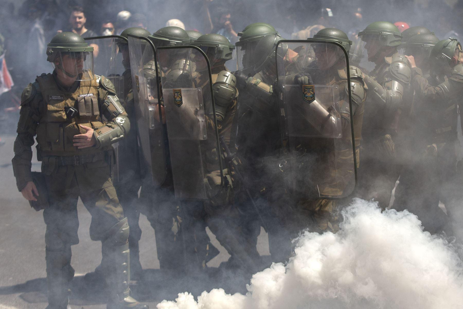 La policía antidisturbios se posicionó durante una protesta contra las políticas económicas del gobierno, cerca del Centro Costanera. Foto: AFP