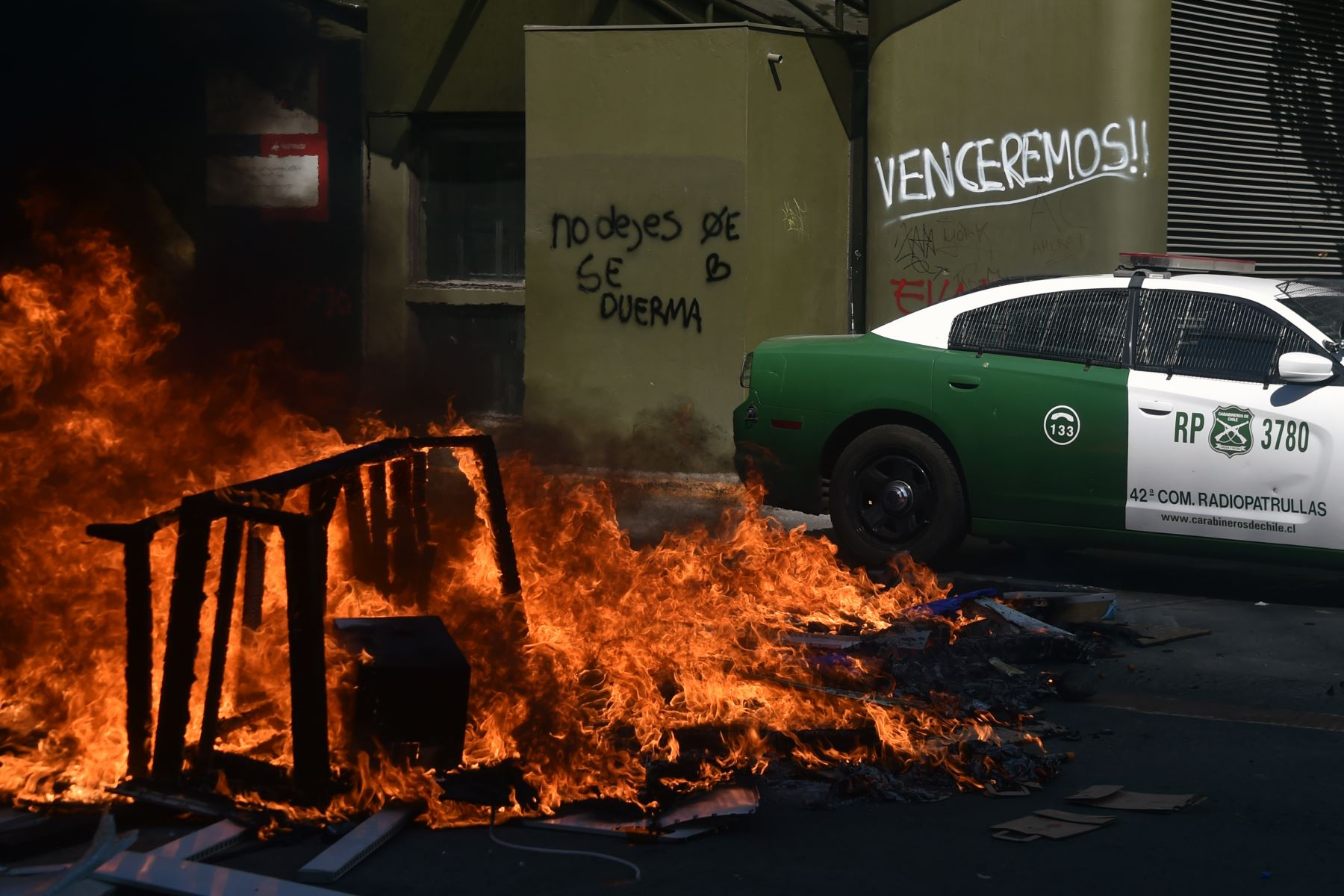 Vista de una barricada de incendios durante una protesta contra las políticas económicas del gobierno, cerca del Centro Costanera. Foto: AFP
