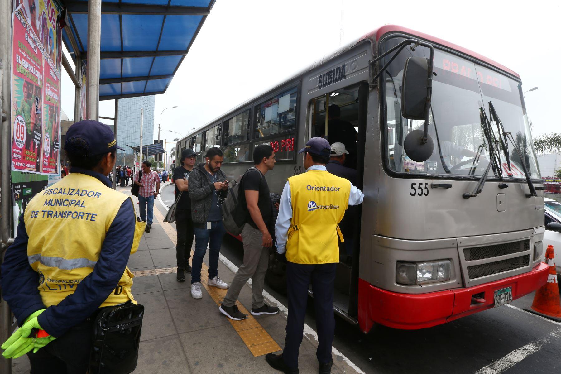 Usuarios del corredor rojo (Javier Prado - La Marina). Foto: ANDINA/Melina Mejía