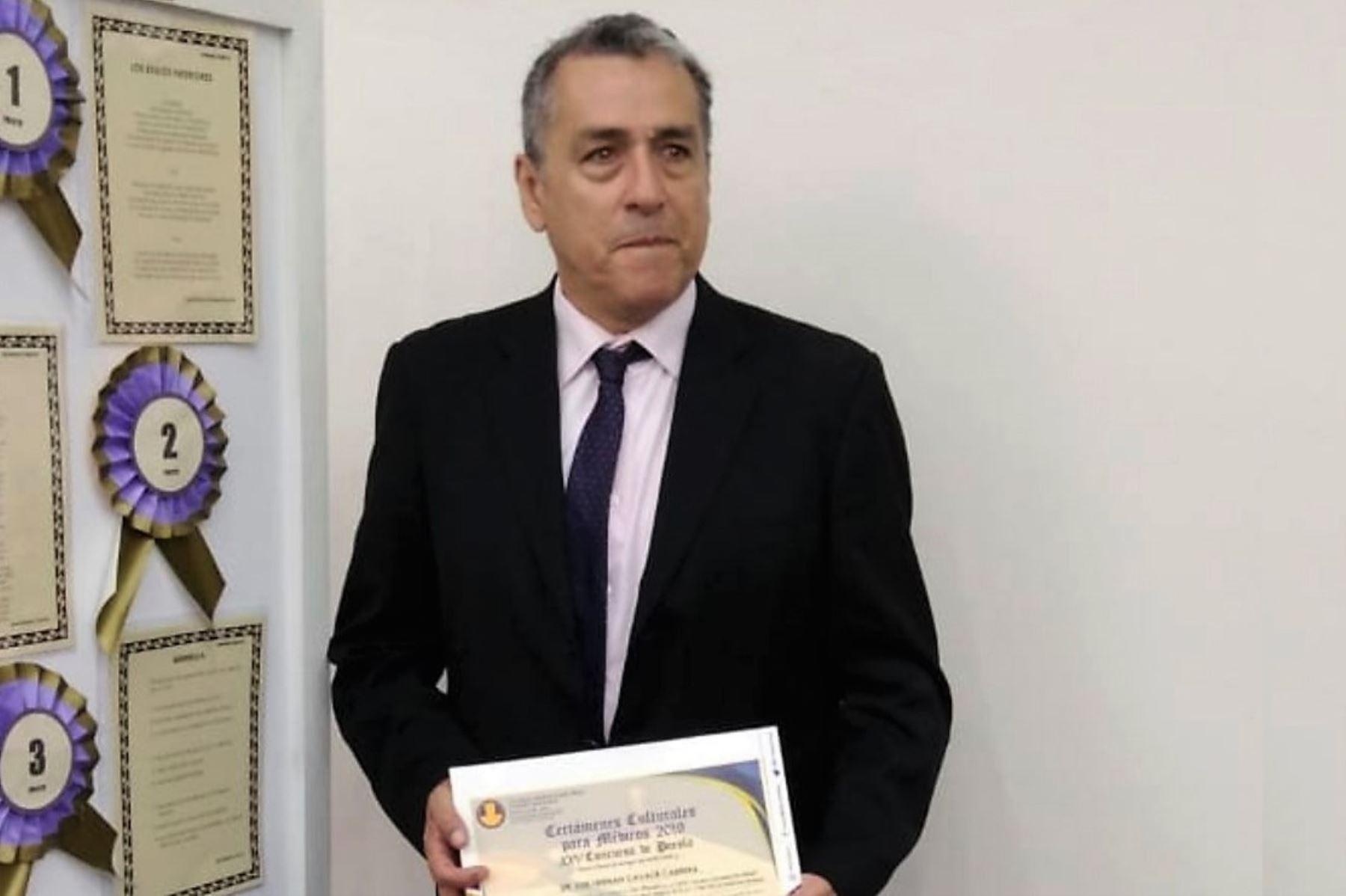 Médico Luis Hernán Cavalié, ganador del concurso Arte Médico.