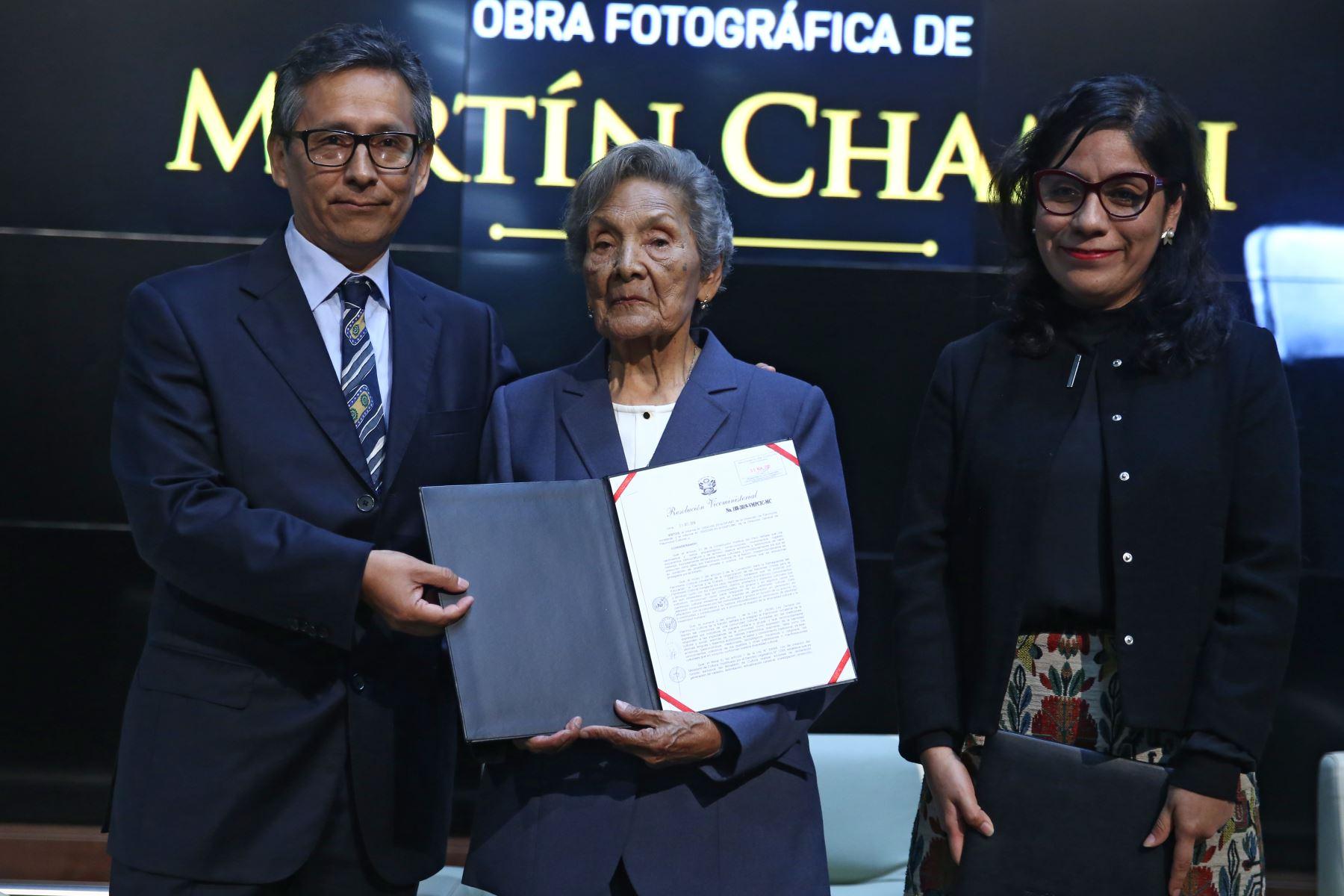 Ministerio de Cultura entrega la resolución Viceministerial correspondiente a la declaratoria de la obra fotográfica de Martín Chambi como patrimonio Cultural de la Nación. Foto: ANDINA/Vidal Tarqui