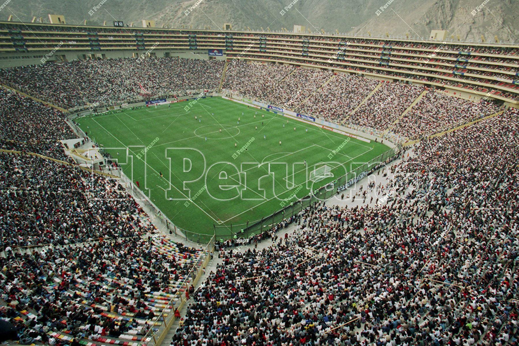 Lima - 02 de julio 2000 / Inauguración del Estadio Monumental con el partido entre Universitario de Deportes y Sporting Cristal por el Torneo Apertura de fútbol. Foto: Diario El Peruano / Jack Ramón