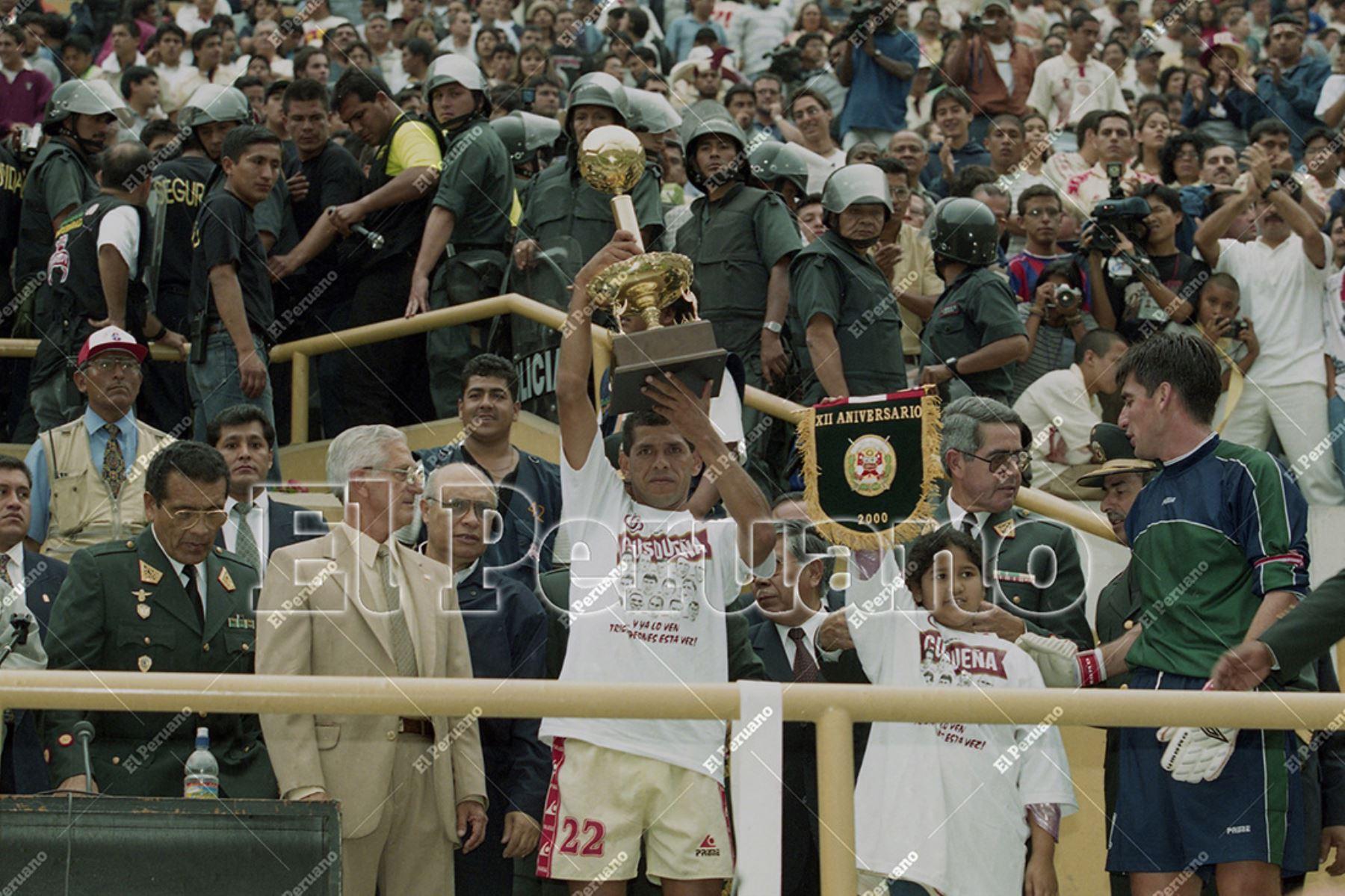 Lima - 8 diciembre 2000 / José Luis Carranza con la Copa en alto. Universitario de Deportes logró el tricampeonato al vencer al Juan Aurich de Chiclayo por 5-0 en el Estadio Monumental. Foto: Diario El Peruano / Jack Ramón