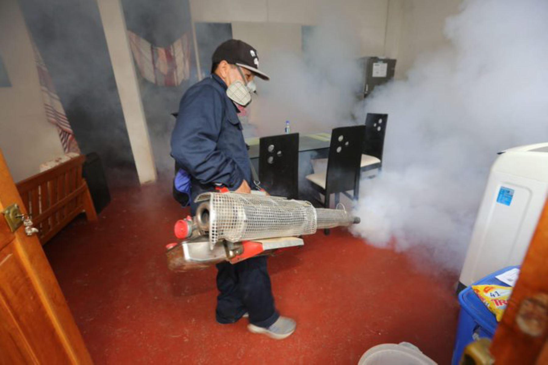 El Ministerio de Salud y la Dirección Regional de Salud de Madre de Dios inician la fumigación de más de 24,000 viviendas para eliminar al zancudo Aedes Aegypti, transmisor del dengue. Participan más de 80 fumigadores e inspectores movilizados desde Lima y de la región.