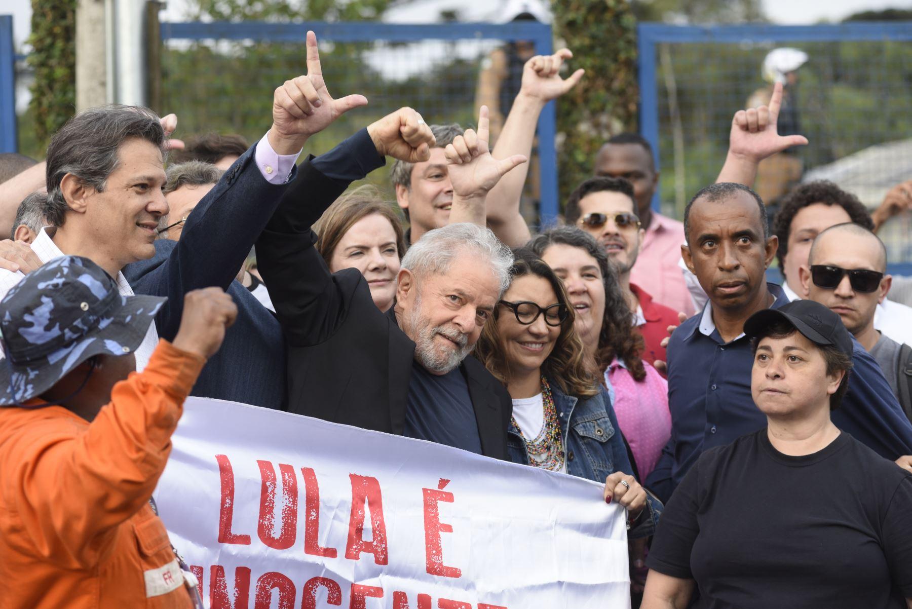 El expresidente brasileño, Luiz Inácio Lula da Silva, hace gestos cuando sale de la sede de la Policía Federal, donde cumplía condena por 1 año y siete meses de prisión por caso de corrupción. Foto: AFP