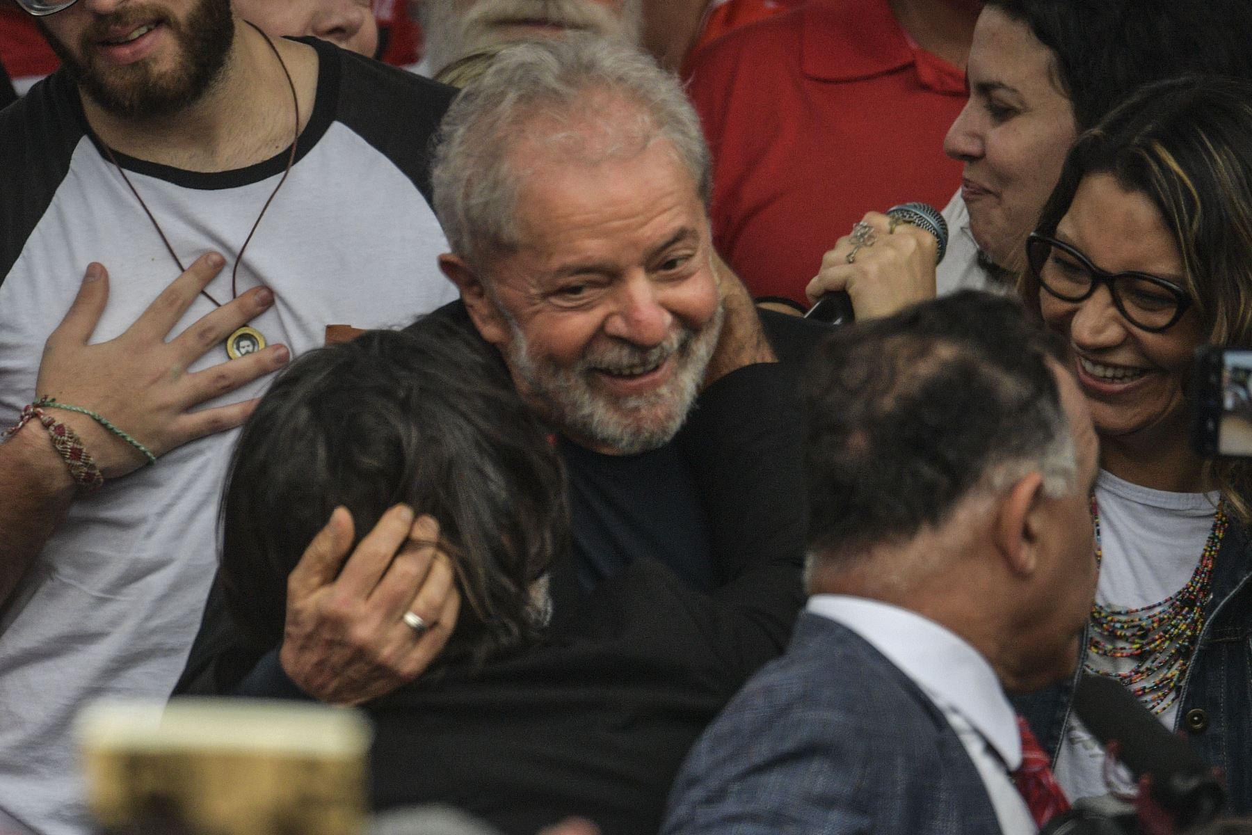 El expresidente brasileño, Luiz Inácio Lula da Silva, sale de la sede de la Policía Federal, donde cumplía condena por 1 año y siete meses de prisión por caso de corrupción. Foto: AFP