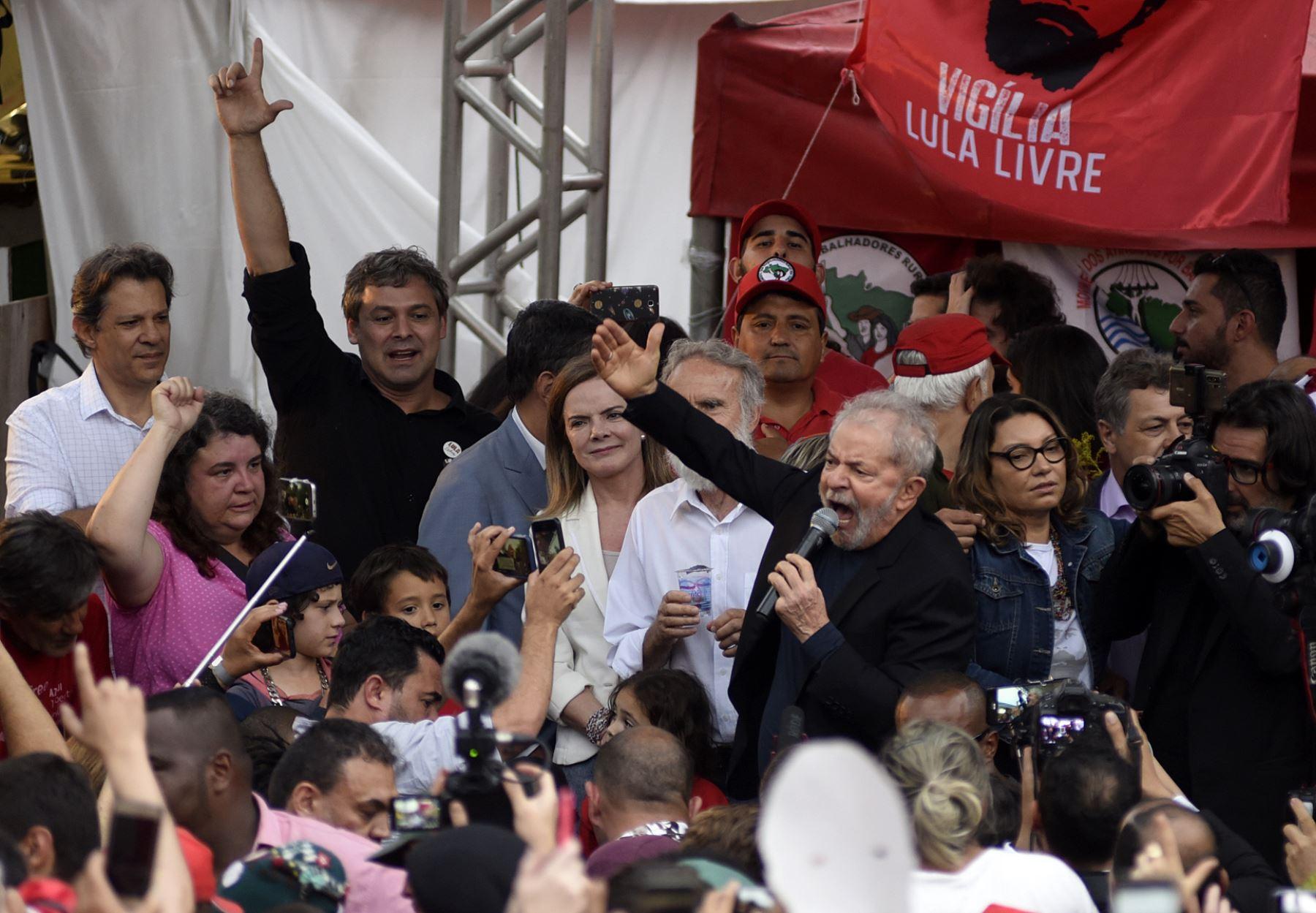 El expresidente brasileño, Luiz Inácio Lula da Silva, se dirige a sus seguidores al salir de de la sede de la Policía Federal, donde cumplía condena por 1 año y siete meses de prisión por caso de corrupción. Foto: AFP