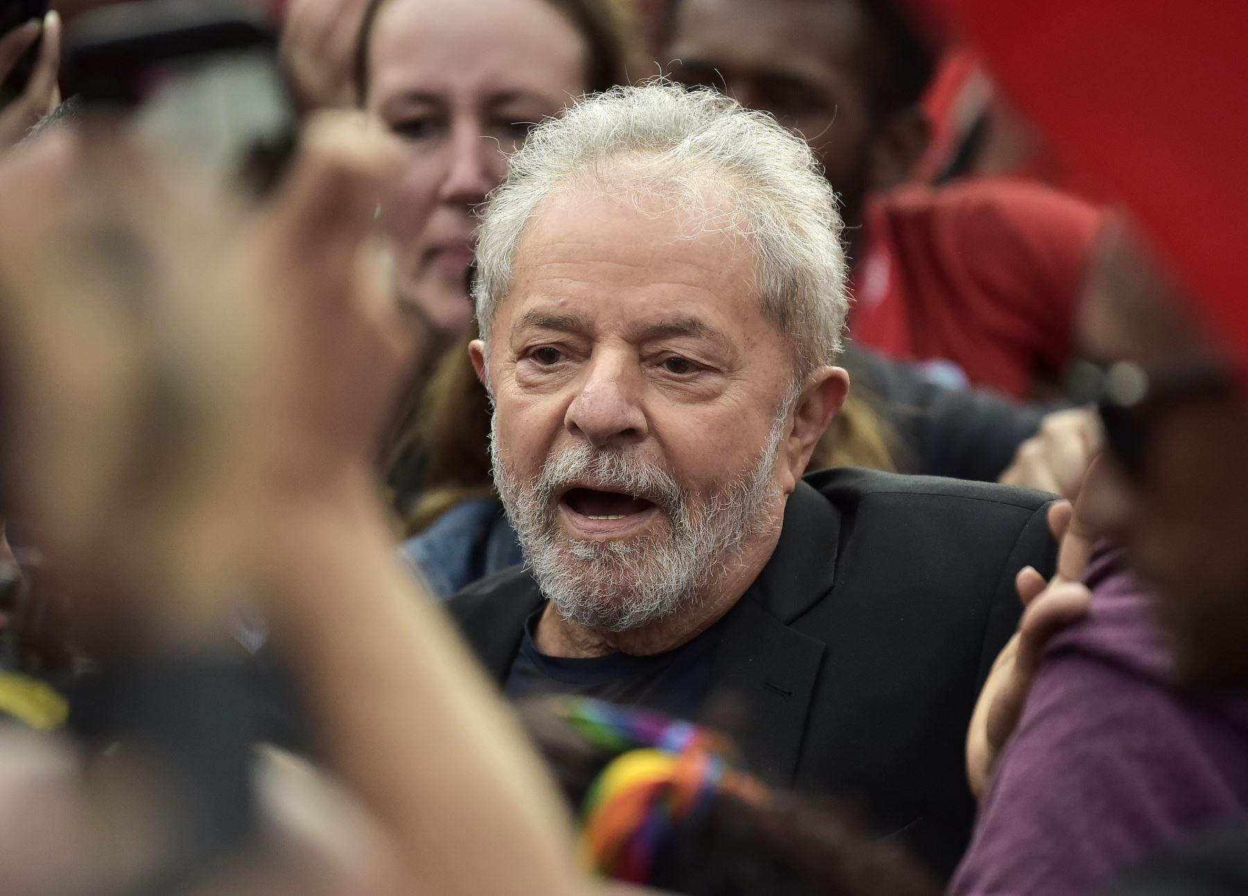 El expresidente brasileño, Luiz Inácio Lula da Silva, sale de la sede de la Policía Federal, donde cumplía condena por 1 año y siete meses de prisión por caso de corrupción. Foto: EFE
