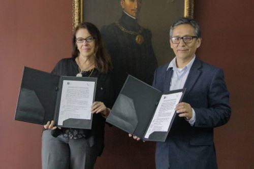 Jefa institucional de la BNP, María Emma Mannarelli, firmó convenio con el presidente de la Asociación Martín Chambi, Roberto Chambi.