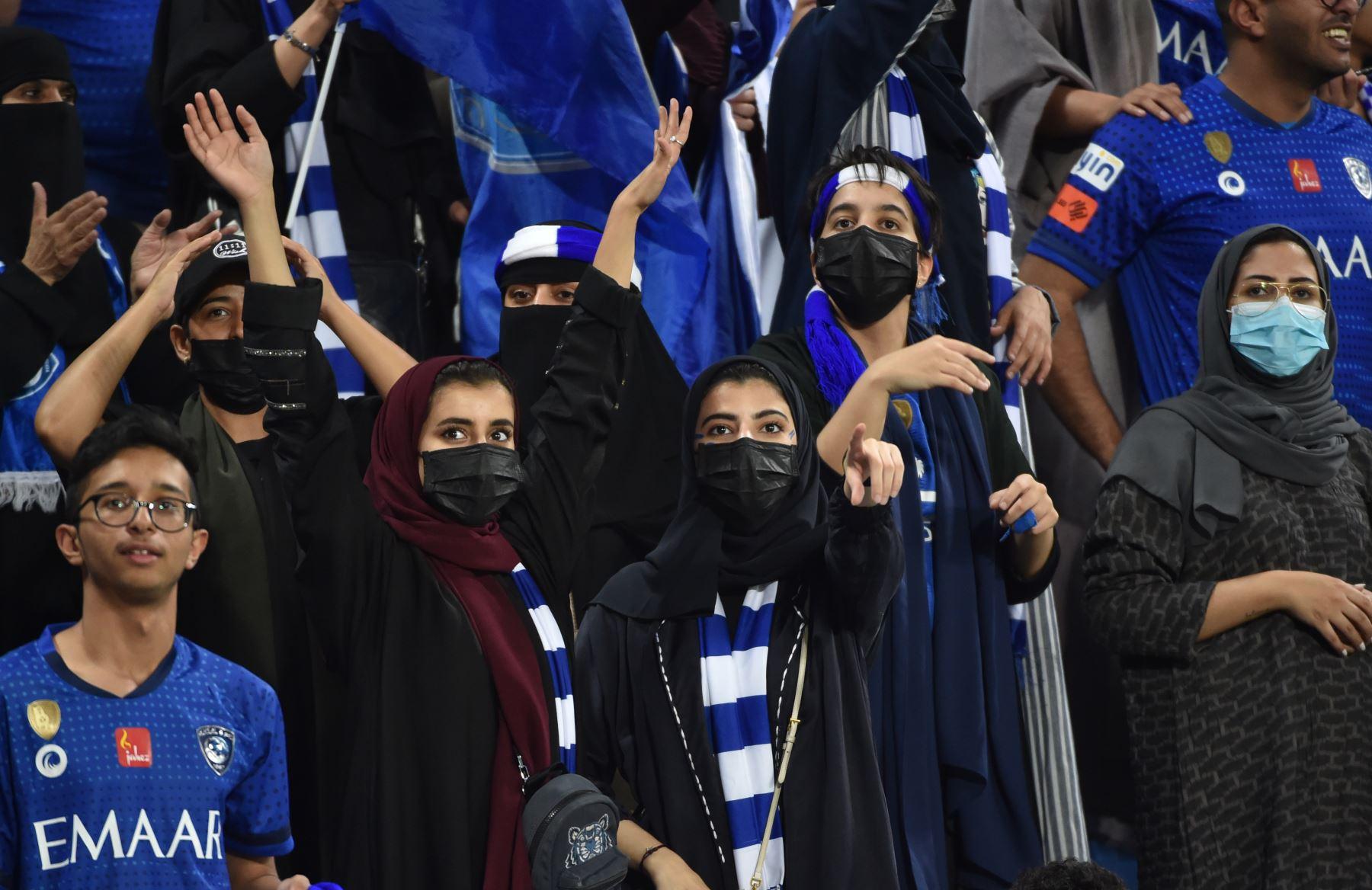 Los partidarios de Hilal celebran su victoria durante el partido de ida de la final de la Liga de Campeones de la AFC entre Al-Hilal de Arabia Saudita y los Diamantes Rojos de Urawa de Japón. Foto:AFP